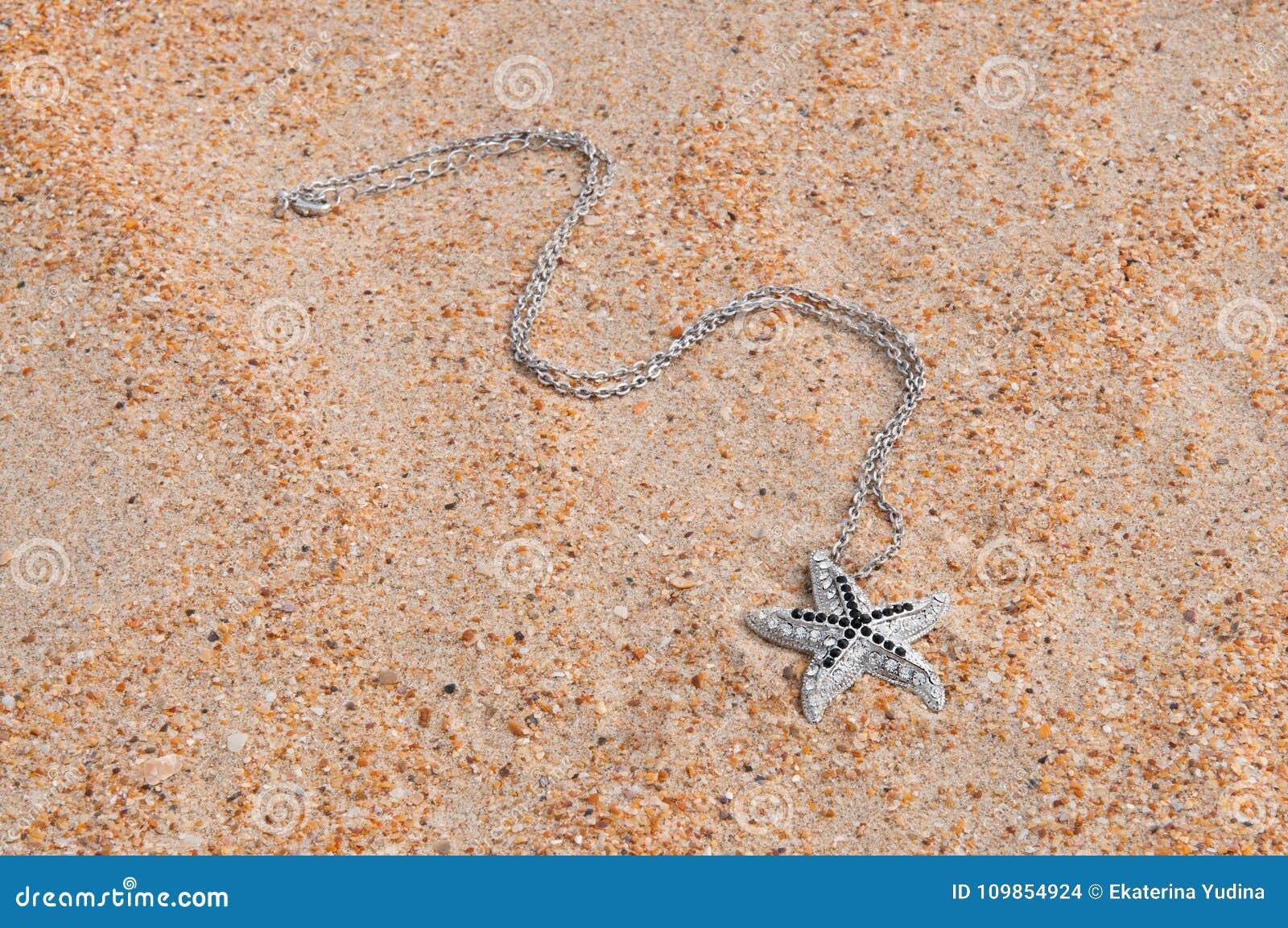 Шкентель на песке моря