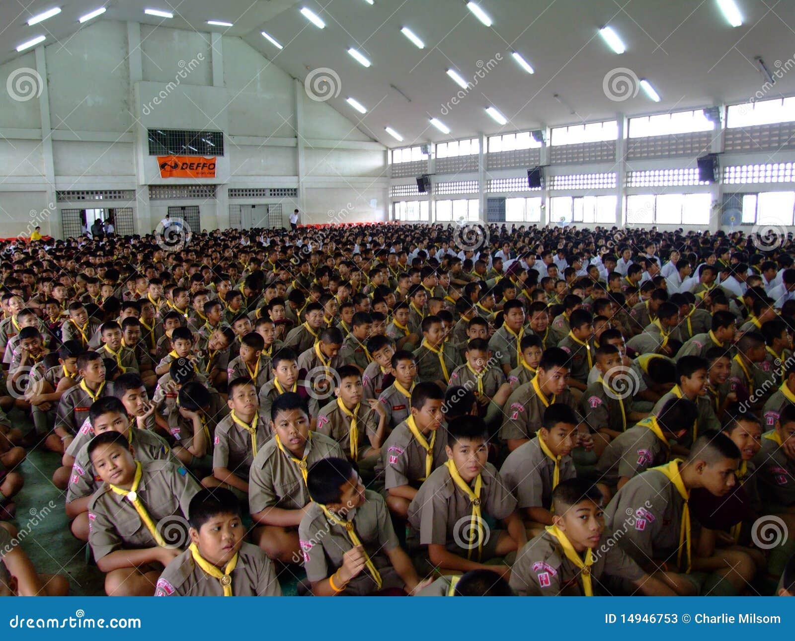 школа детей агрегата сидит Таиланд