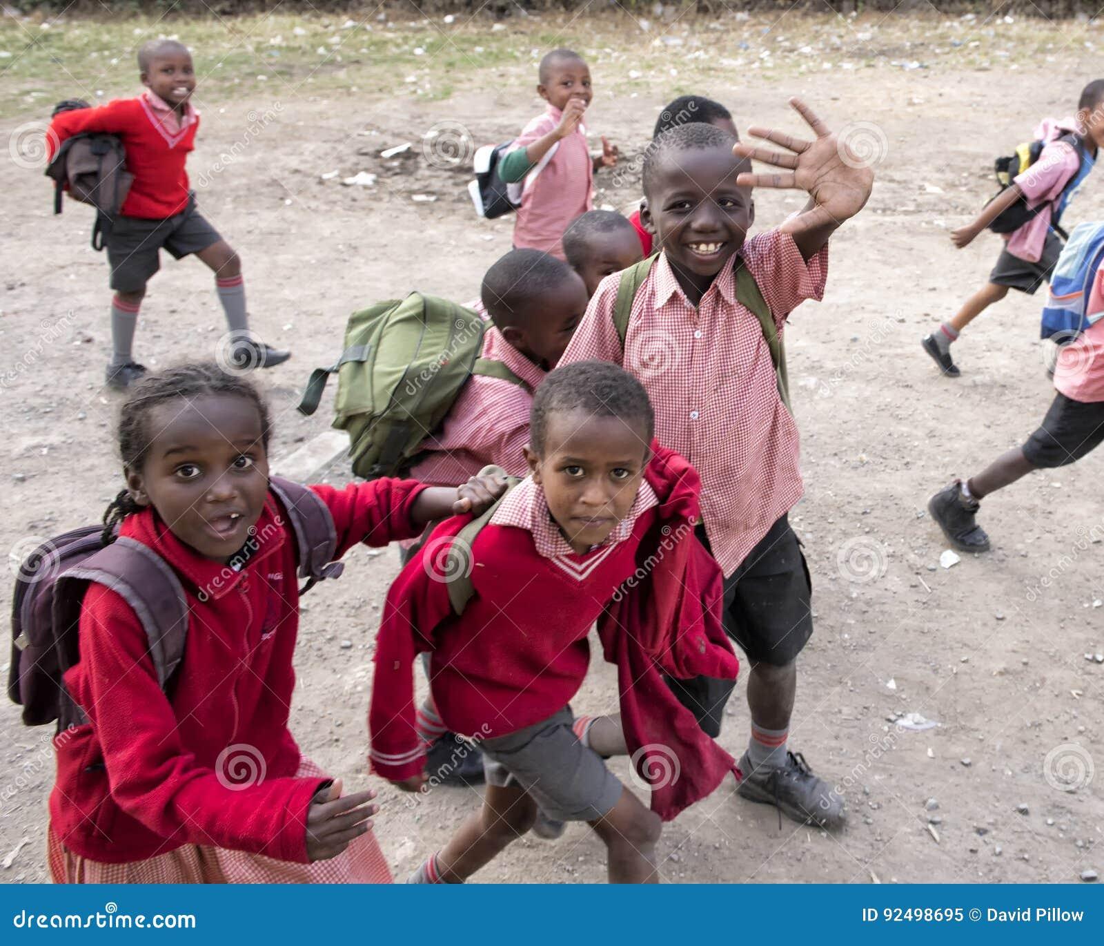 Школьники в трущобе Mukuru
