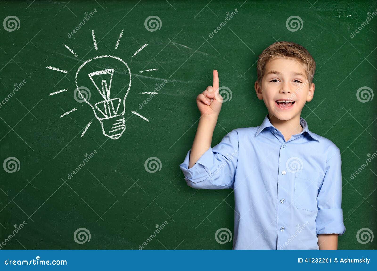 Школьник с электрической лампочкой