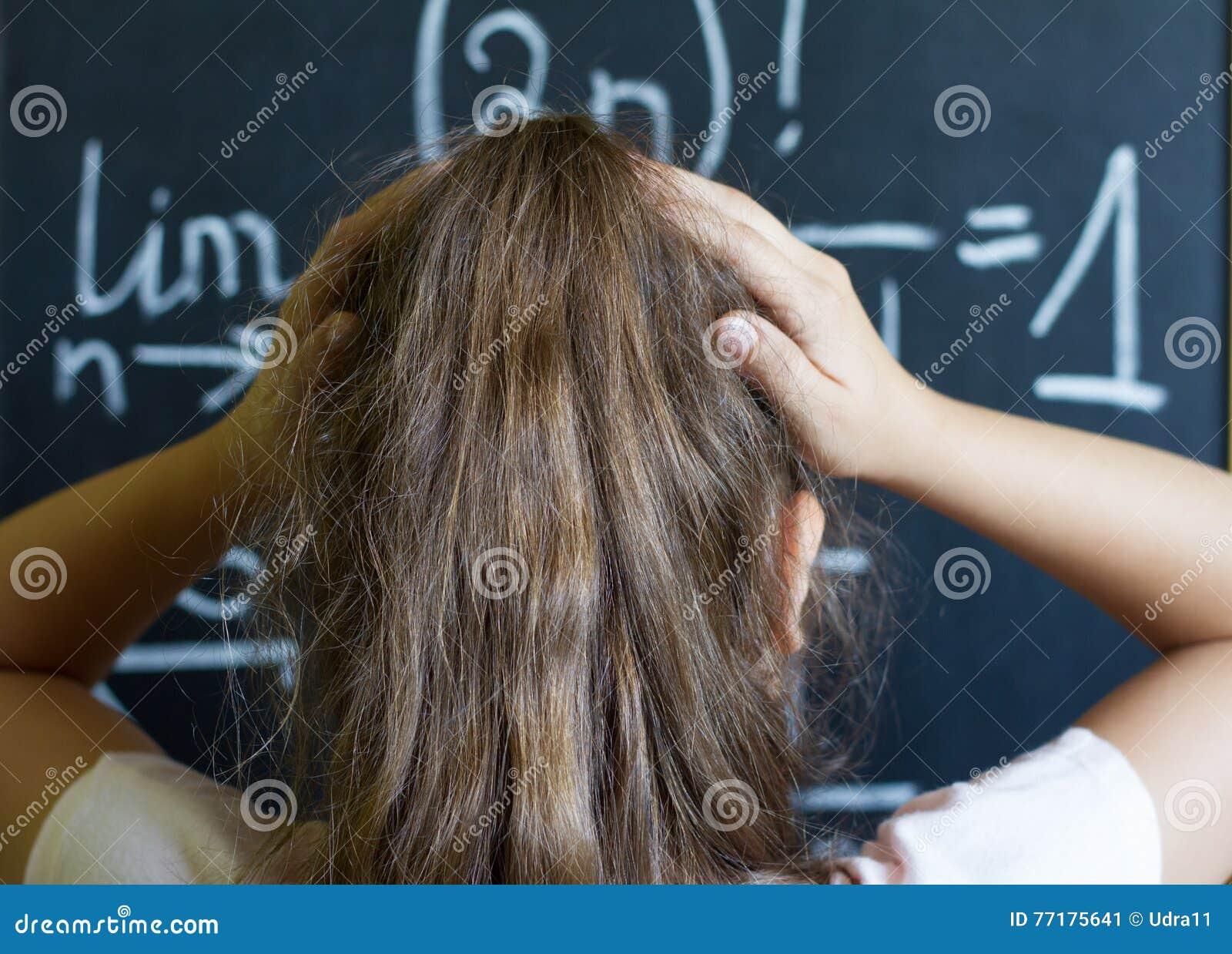 Школьница думает на трудной задаче математики