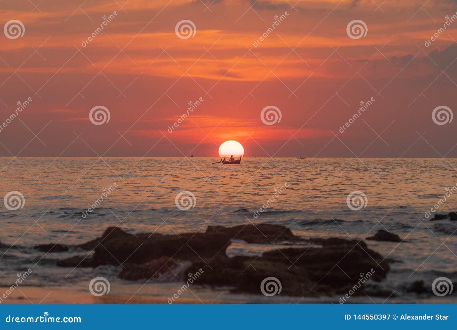 Шлюпка захода солнца Таиланда в солнце