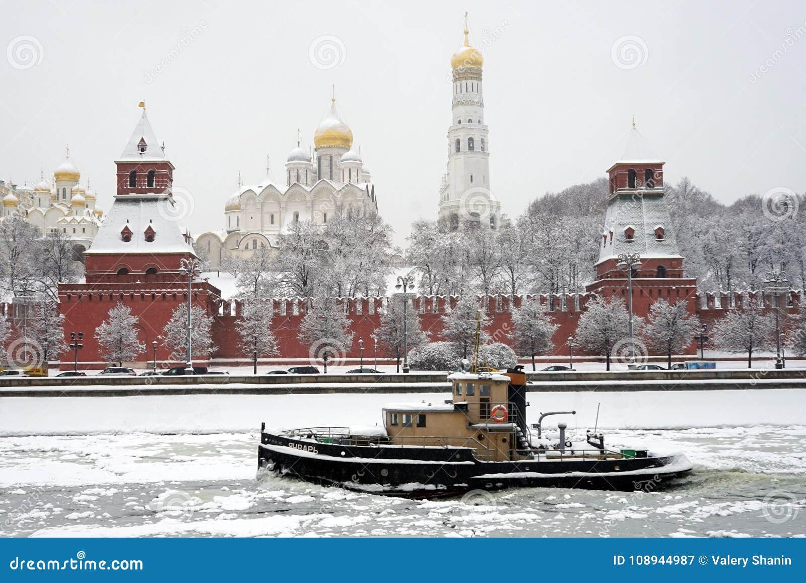 Шлюпка около Кремля