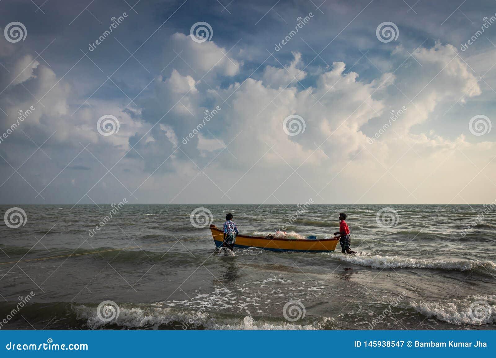 Шлюпка рыболовов в море