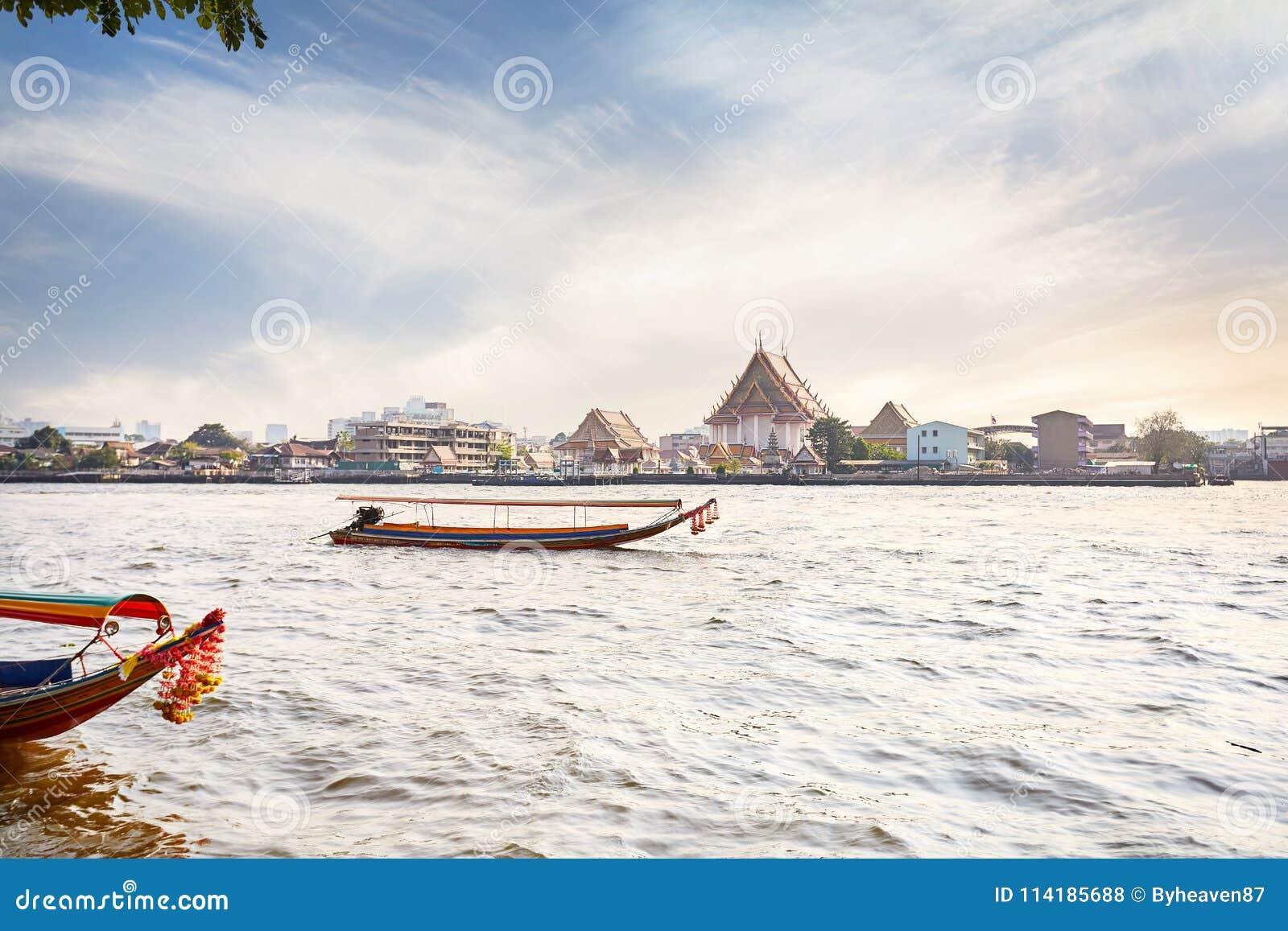 Шлюпка Longtail около Wat Arun