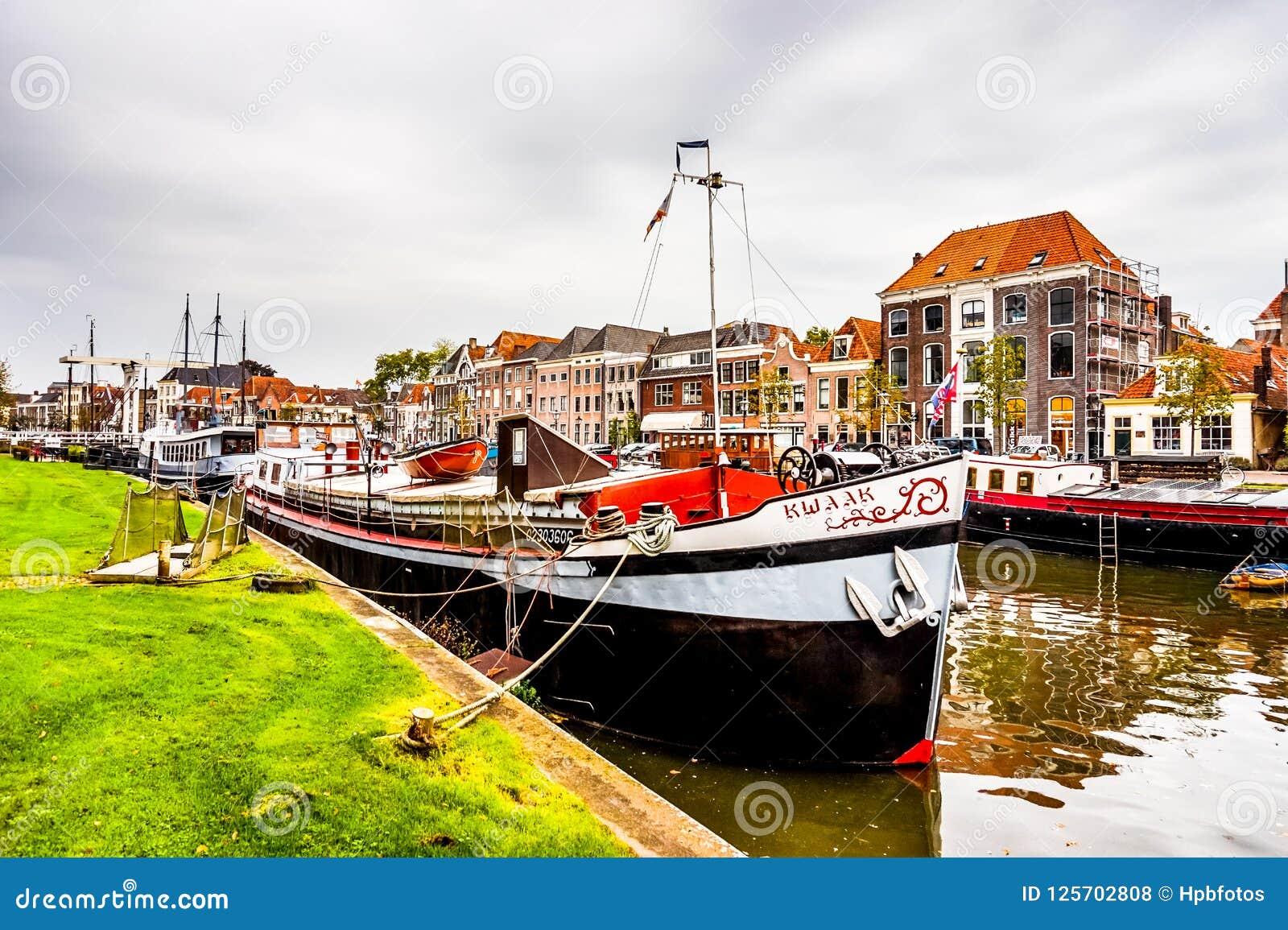 Шлюпки в канале который окружает центр города Zwolle в Оверэйселе, Нидерландах