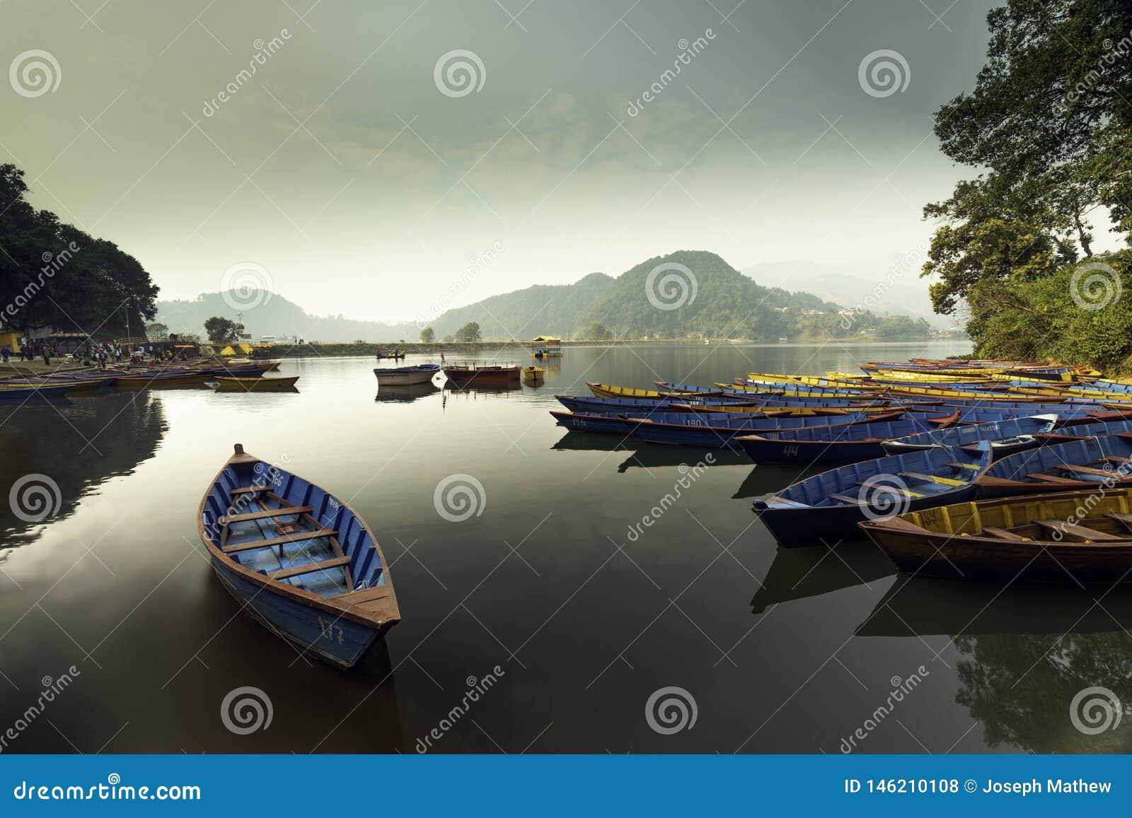 Шлюпки Непала в озере Begnas