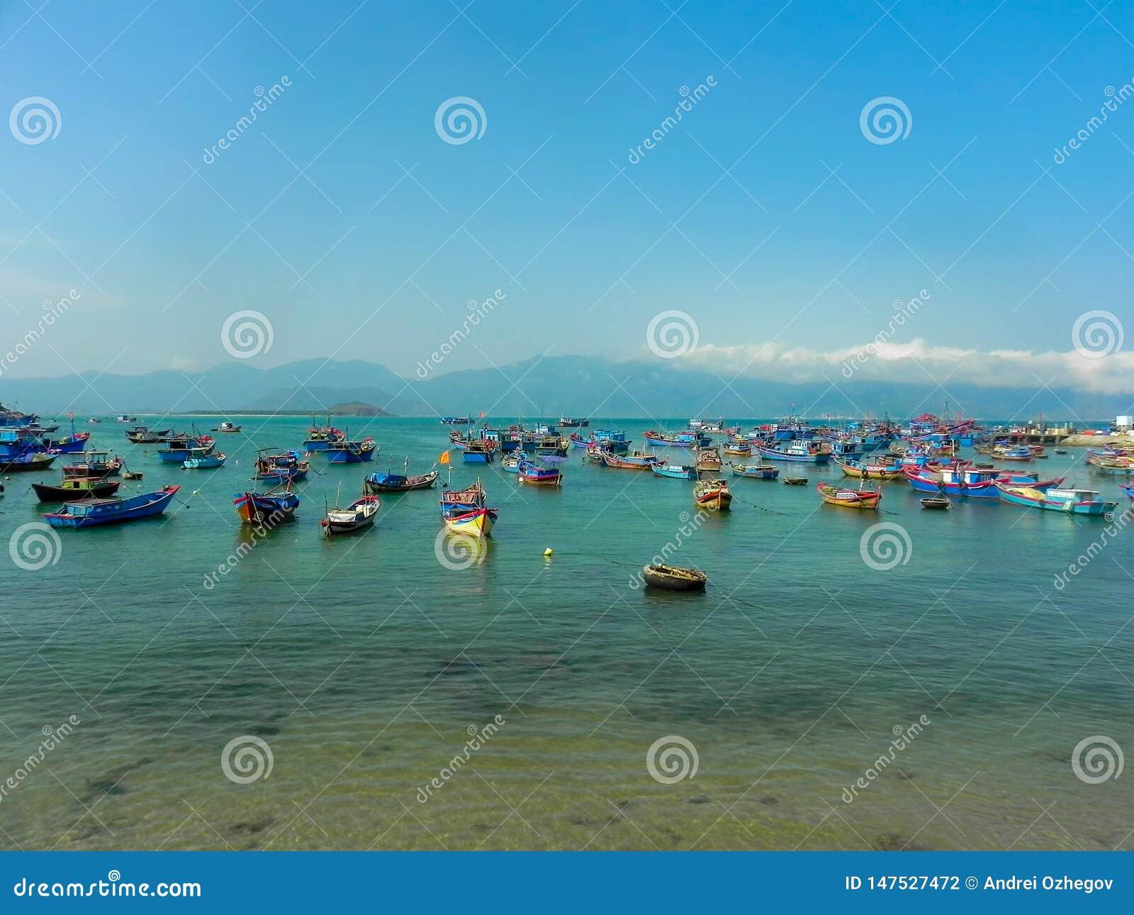 Шлюпки рыболовов в море во Вьетнаме