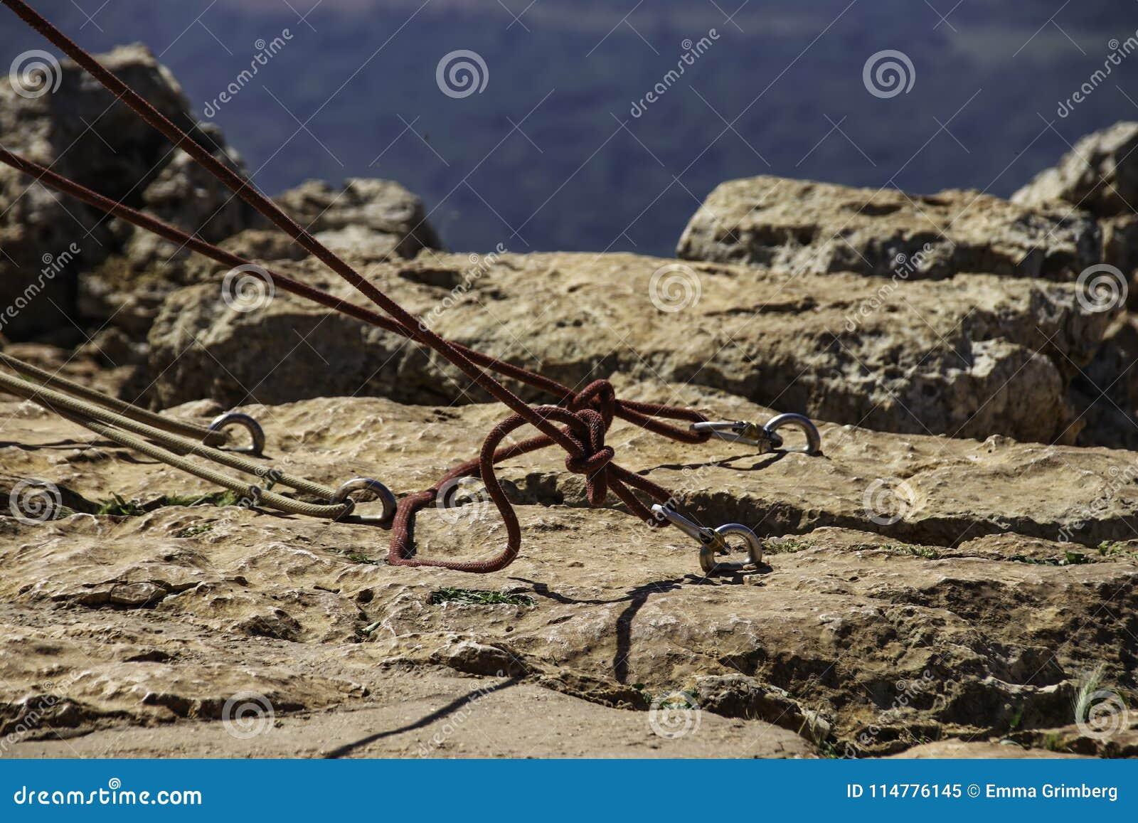 Шлямбуры с связанными веревочками зарезаны в камне