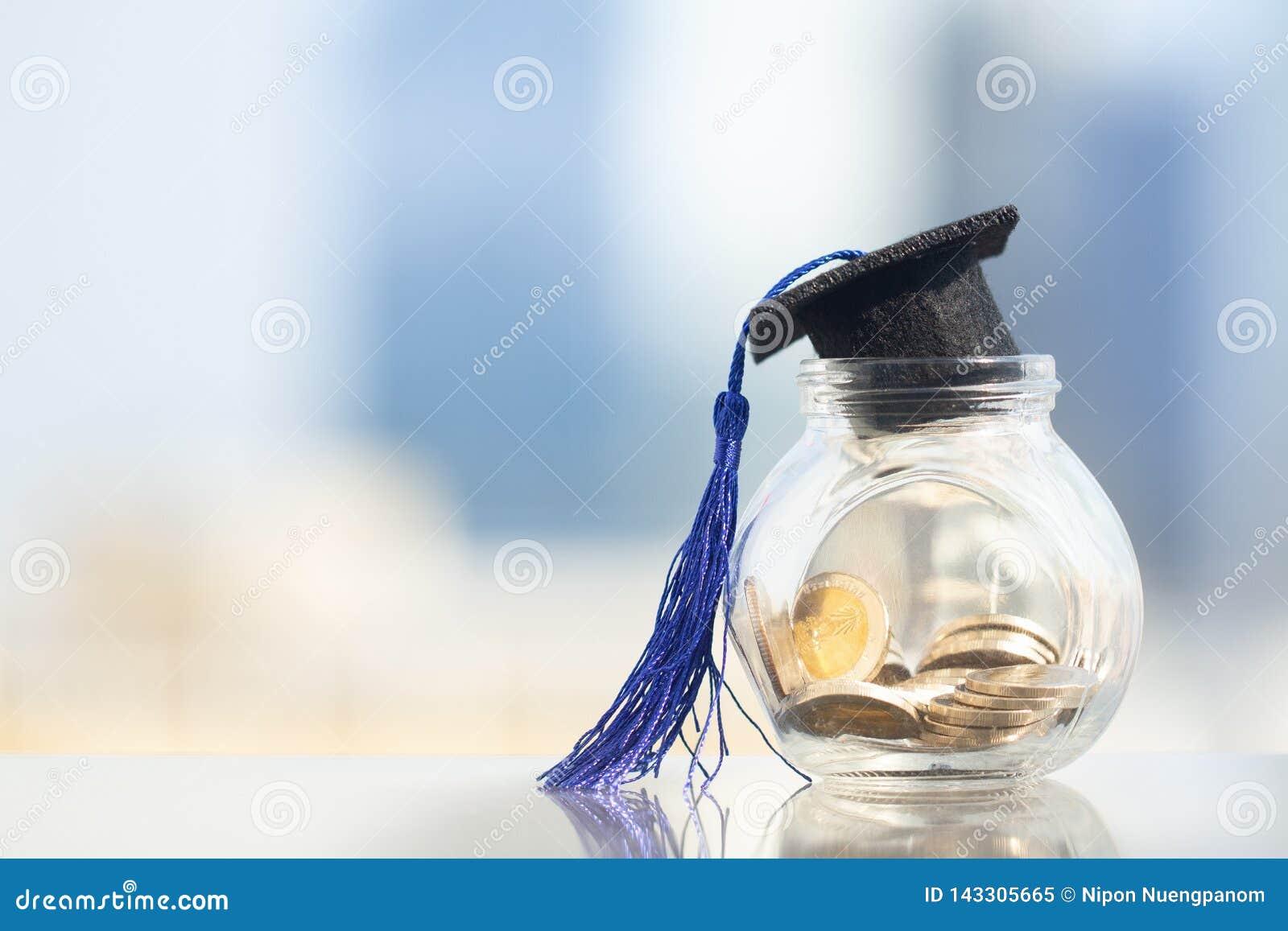 Шляпа градации с голубым tassel поверх стеклянных опарника или копилки