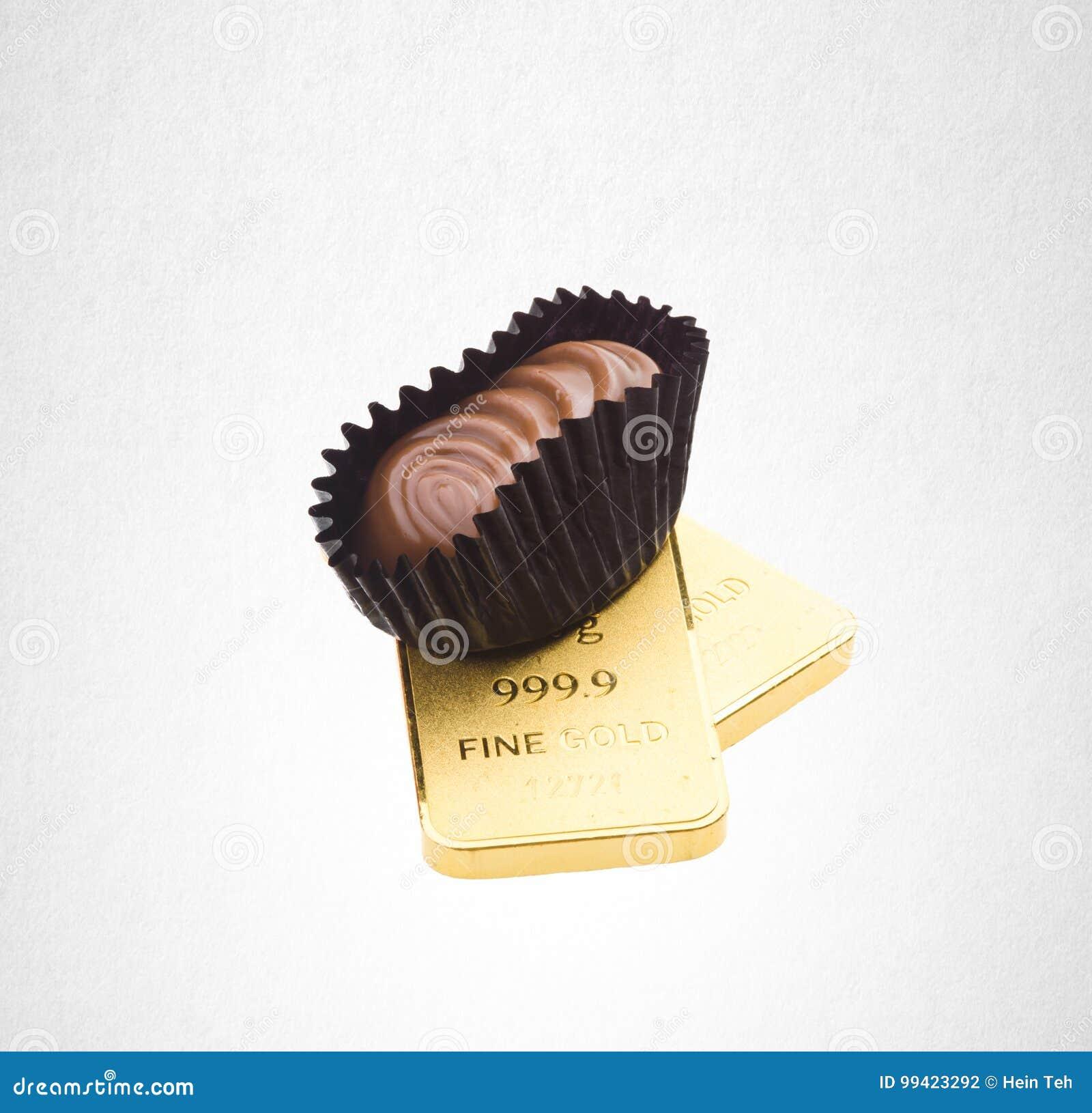 шоколад или шоколад и золото на предпосылке