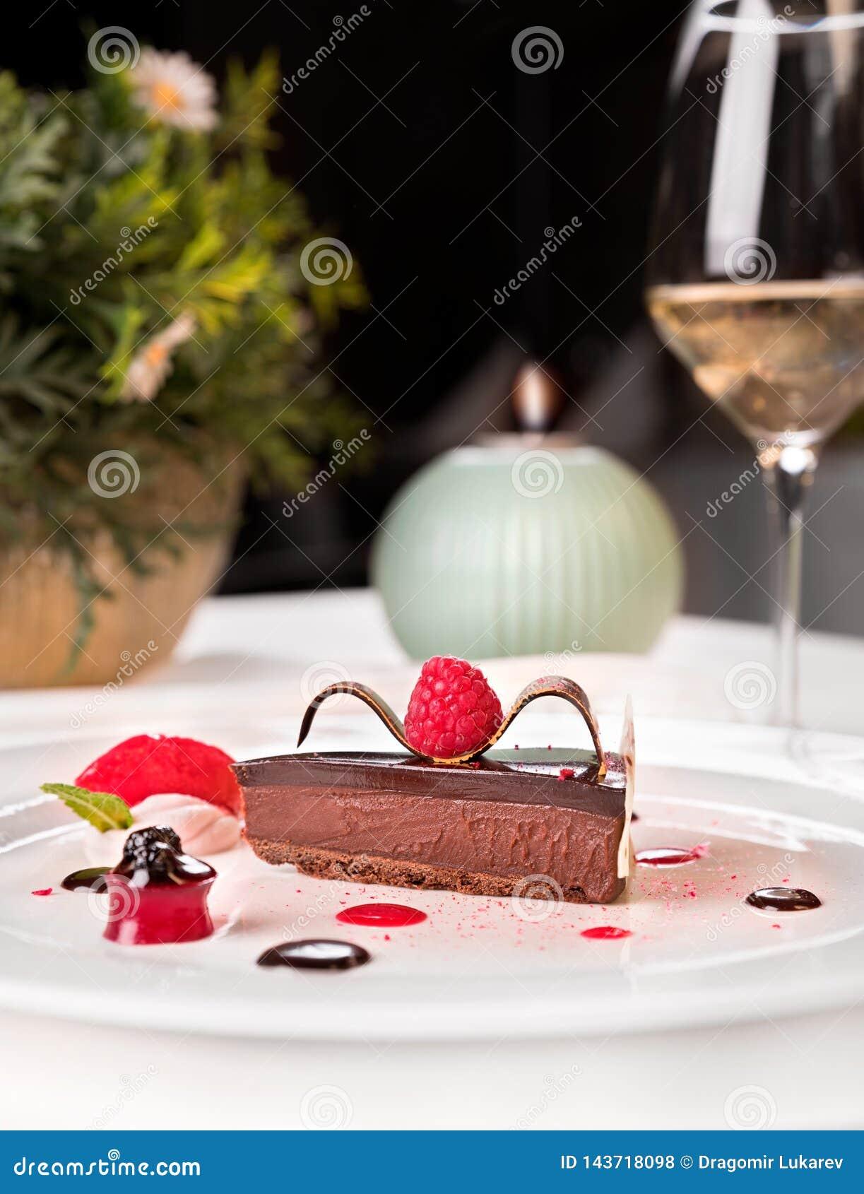 Шоколад и палитра поленик, служили в белой плите