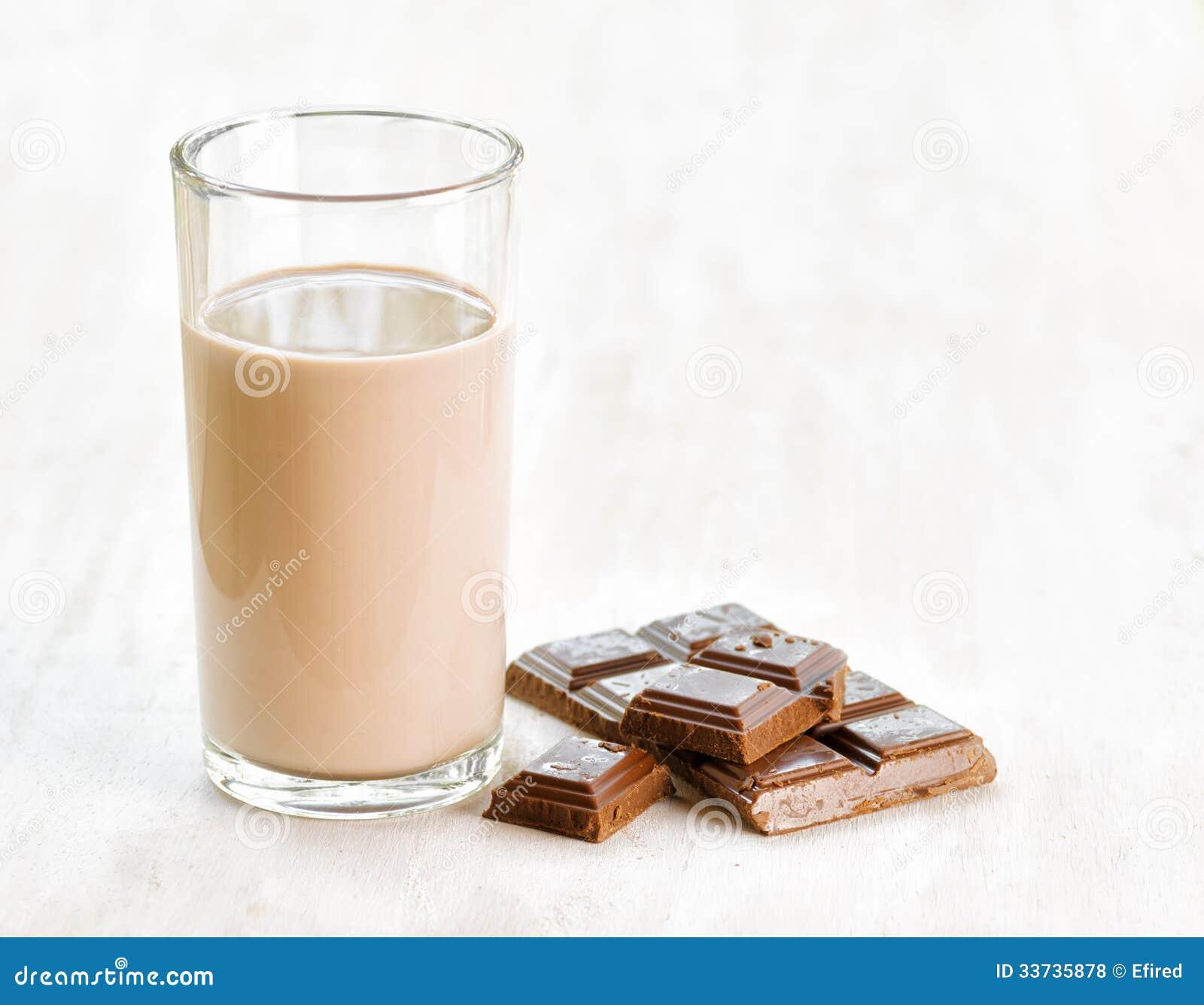 Шоколадное молоко и шоколад на белом деревянном столе
