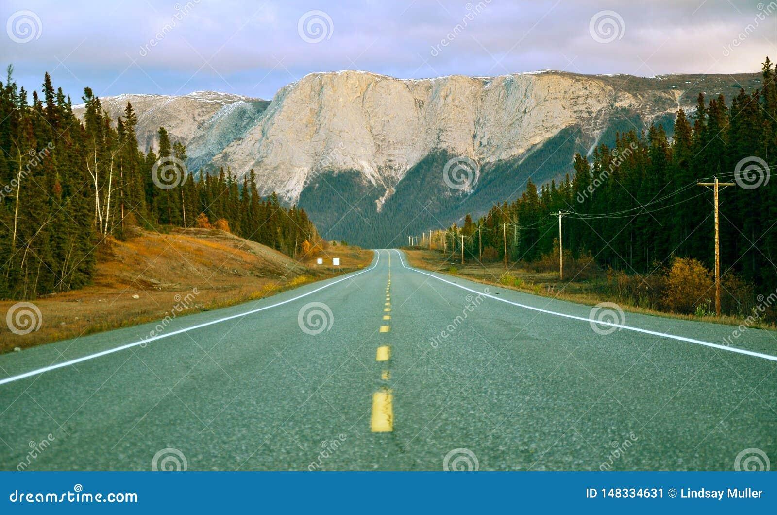Шоссе горы лета в Юконе, Канаде