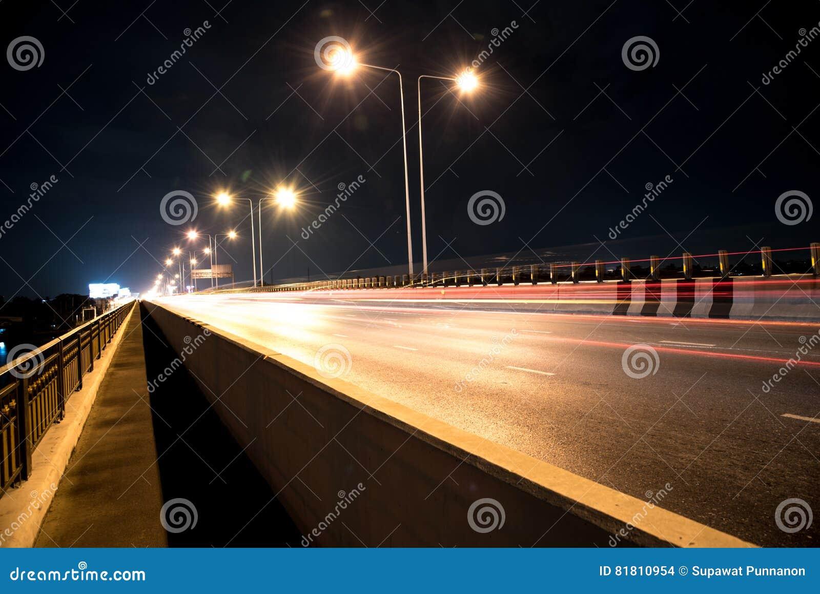 Шоссе под мостом в Таиланде