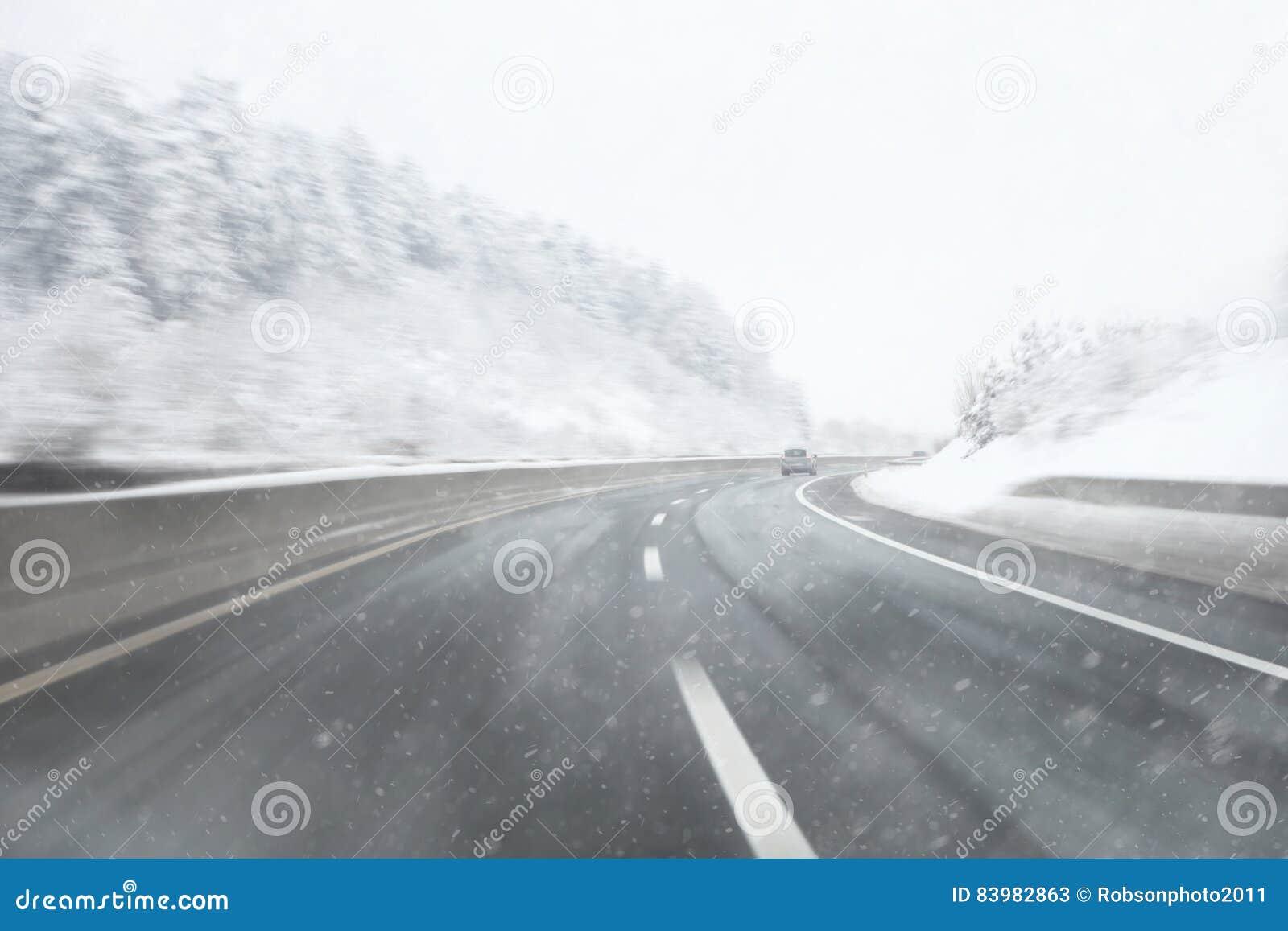 Шоссе Snowy запачканное движением с автомобилем