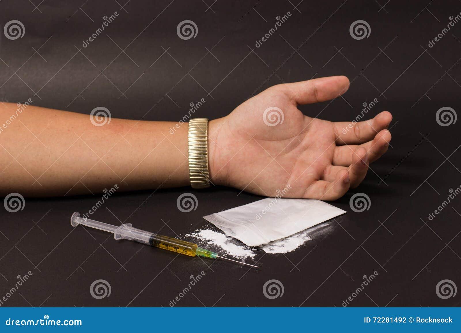 Download Шприц лекарства и мертвой руки Стоковое Фото - изображение насчитывающей опасность, светло: 72281492