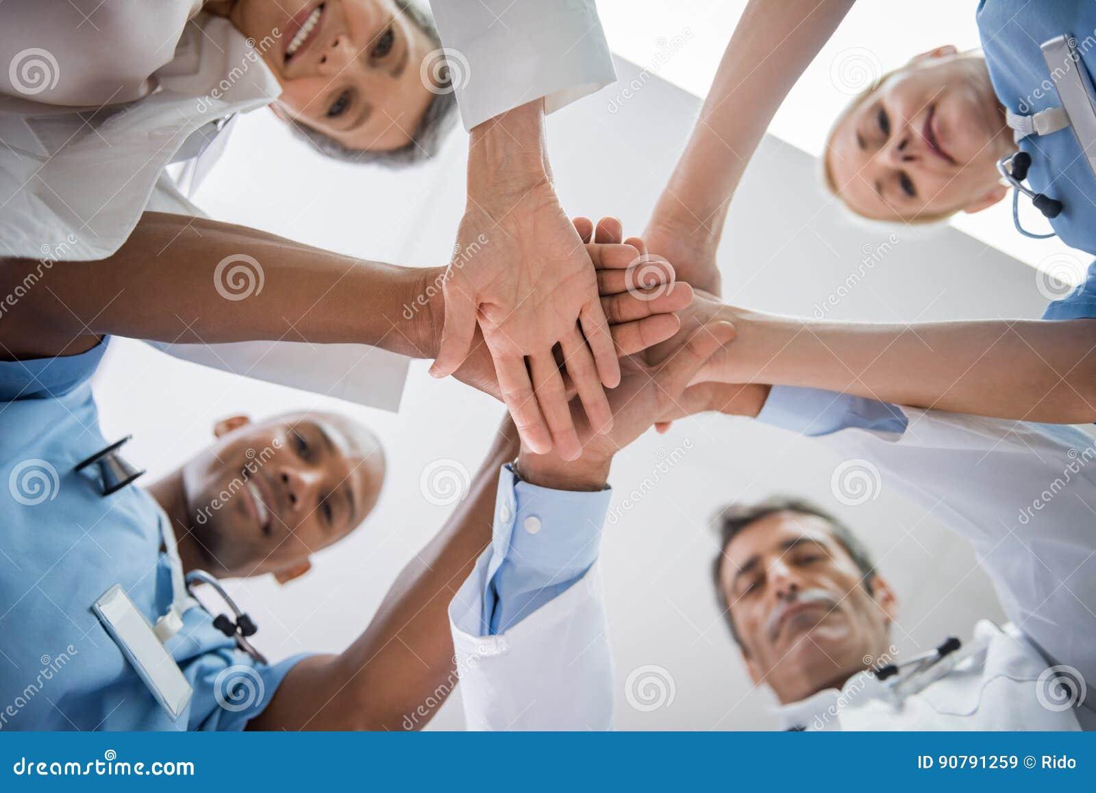 Штабелированные руки доктора