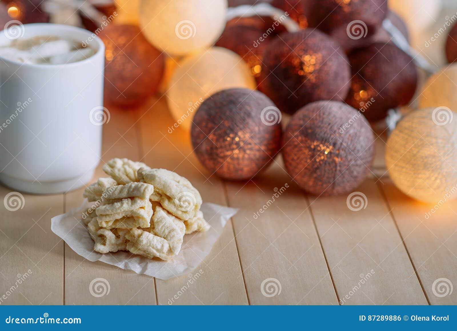 Штабелируйте домашние печенья ` s мамы на деревянной естественной предпосылке На заднем плане фары зарева круглые