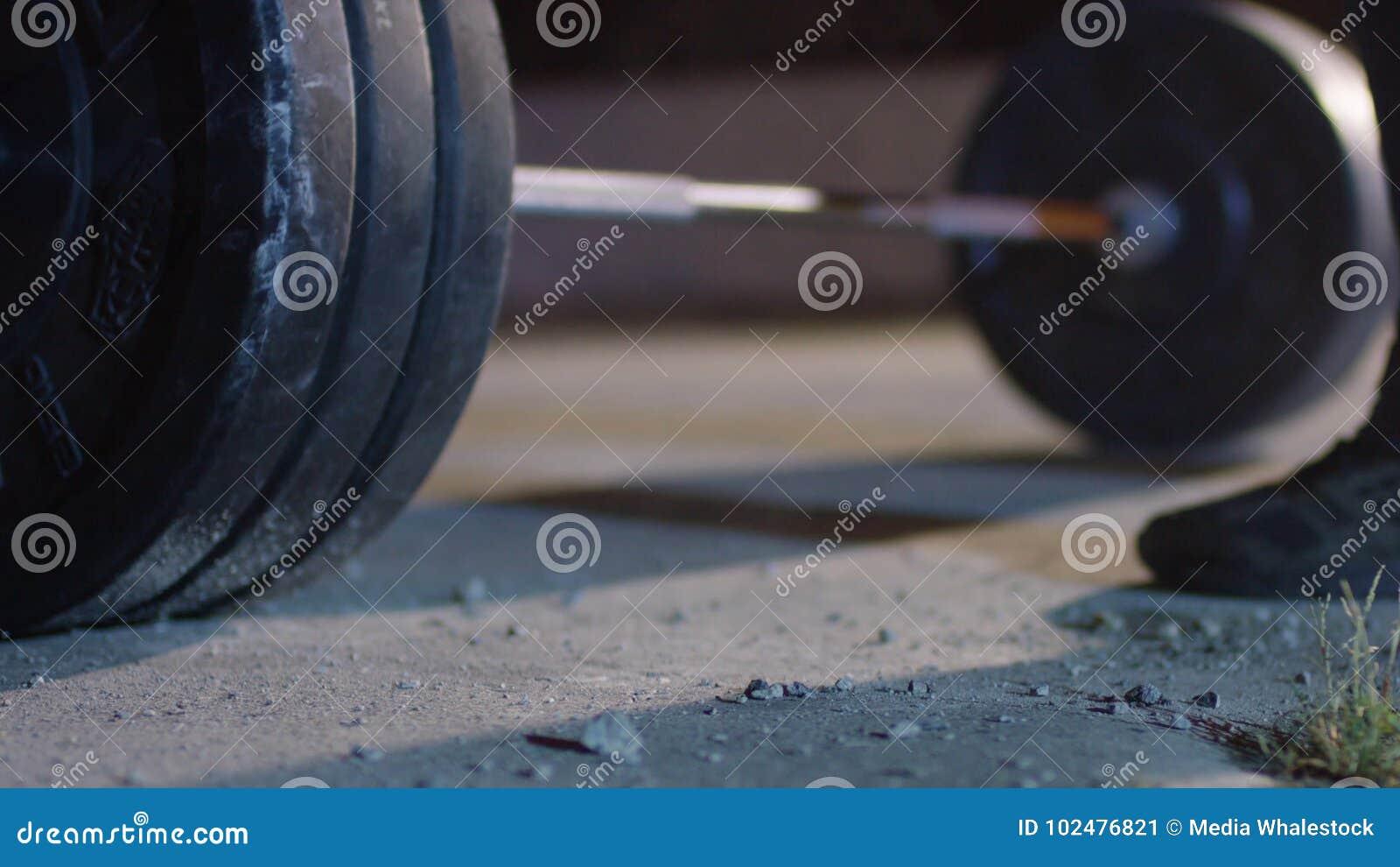Штанга для конкуренций powerlifter спортсмена deadlift и ноги в powerlifting Молодой спортсмен получая готовый для веса