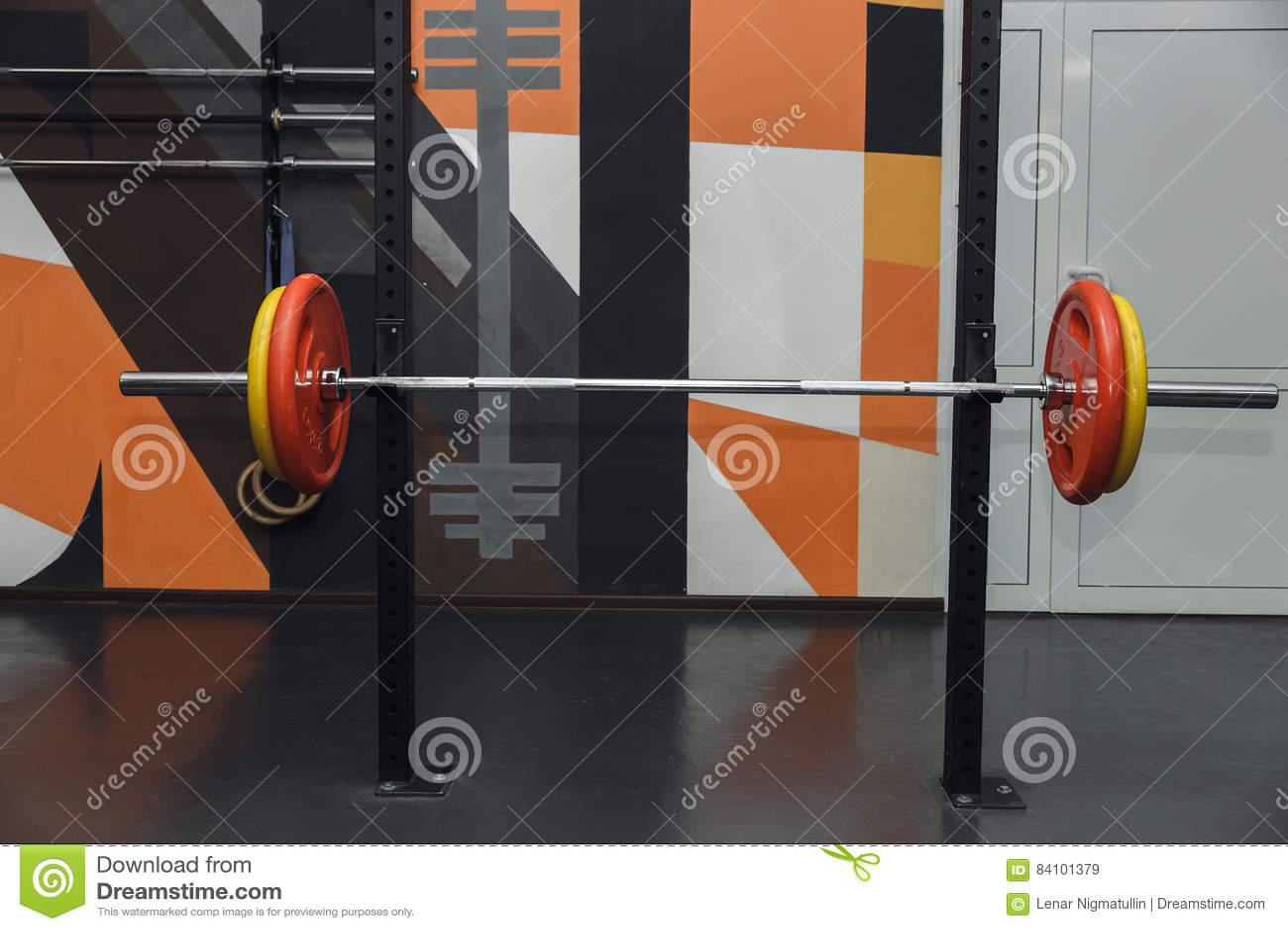 Штанга с весами в спортзале Свободное copyspace