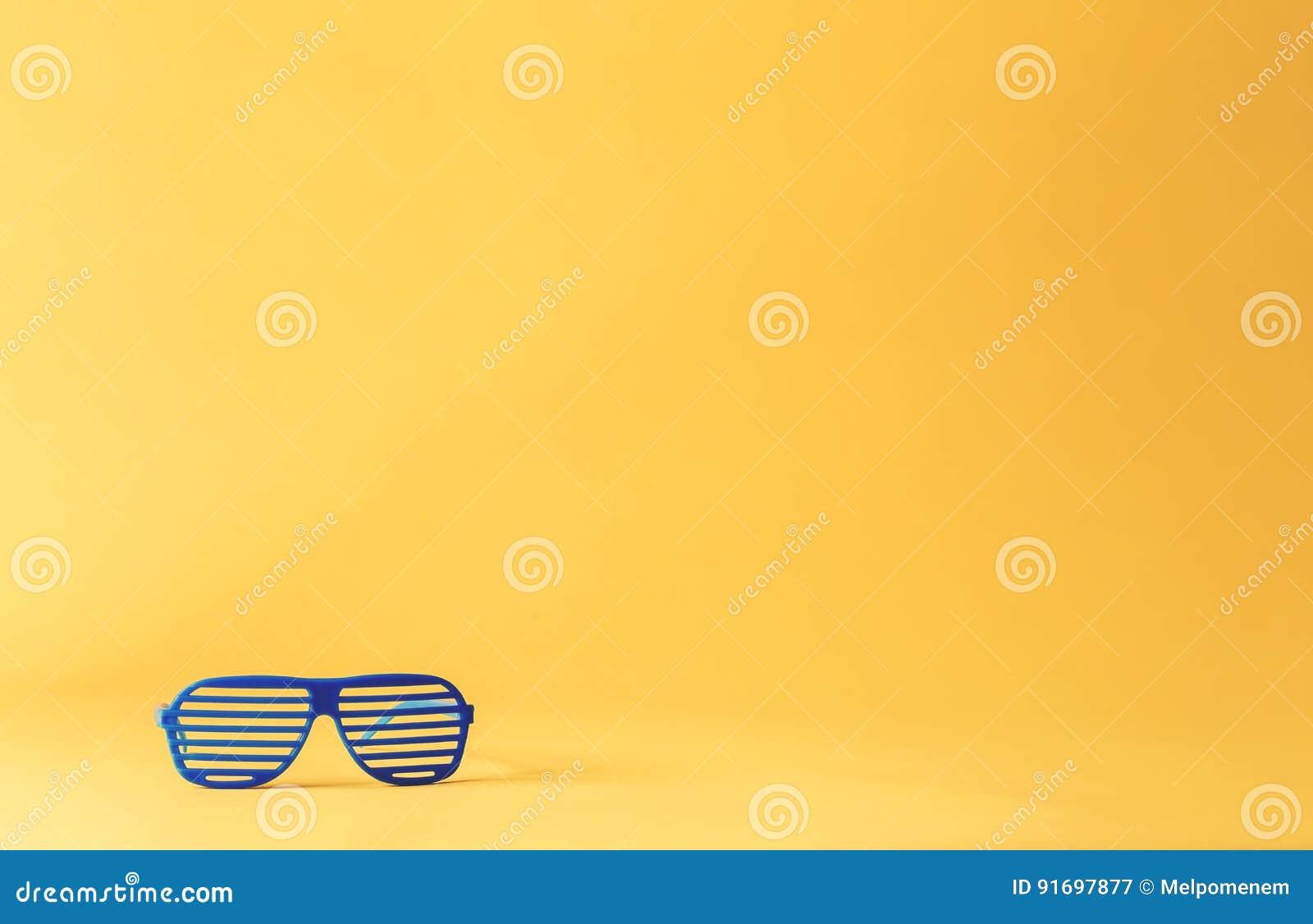 Штарка затеняет солнечные очки