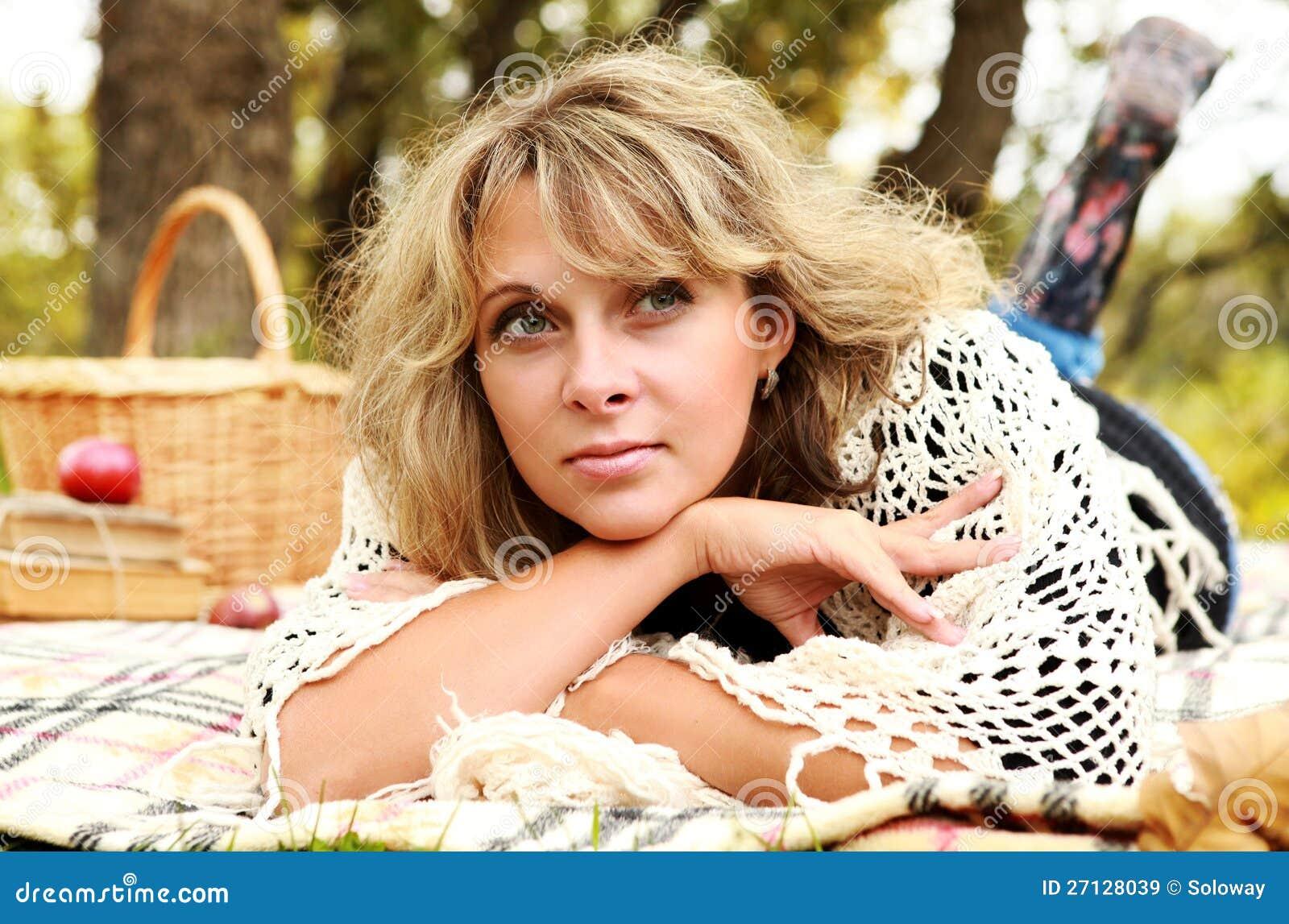 Штилевая счастливая женщина yong на пикнике осени
