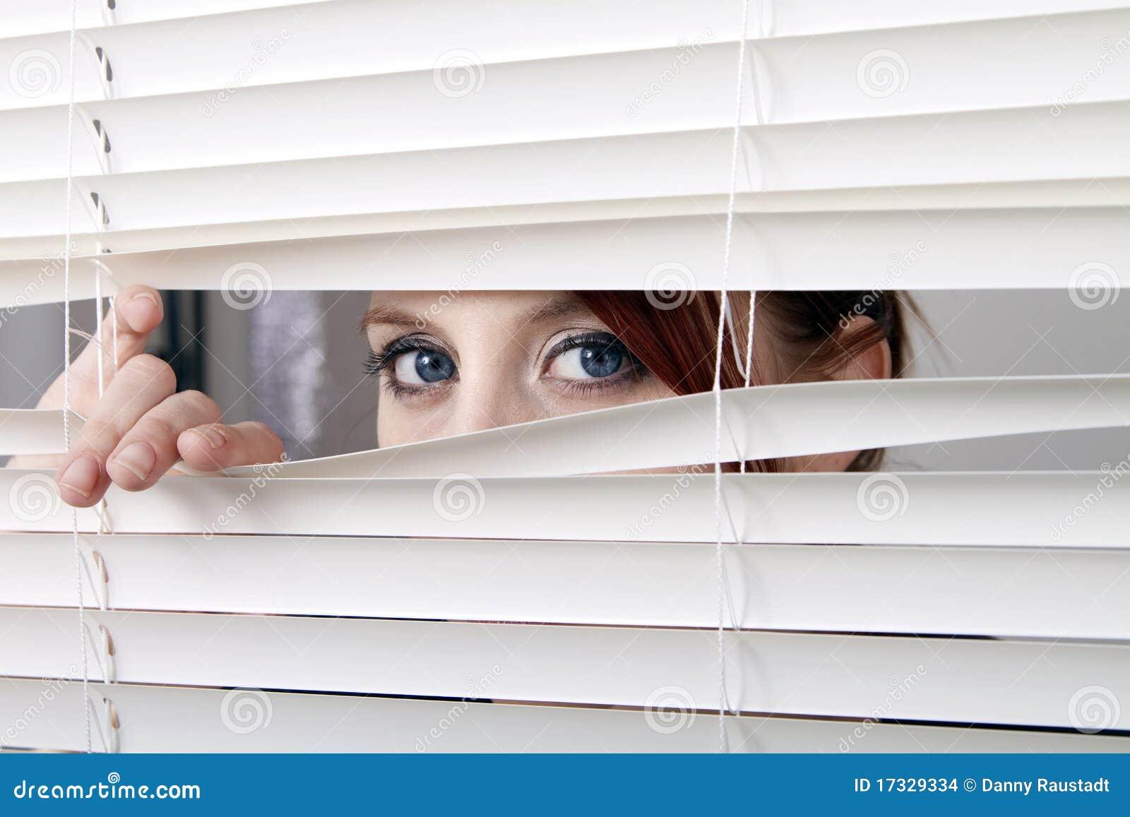 шторки смотря окно