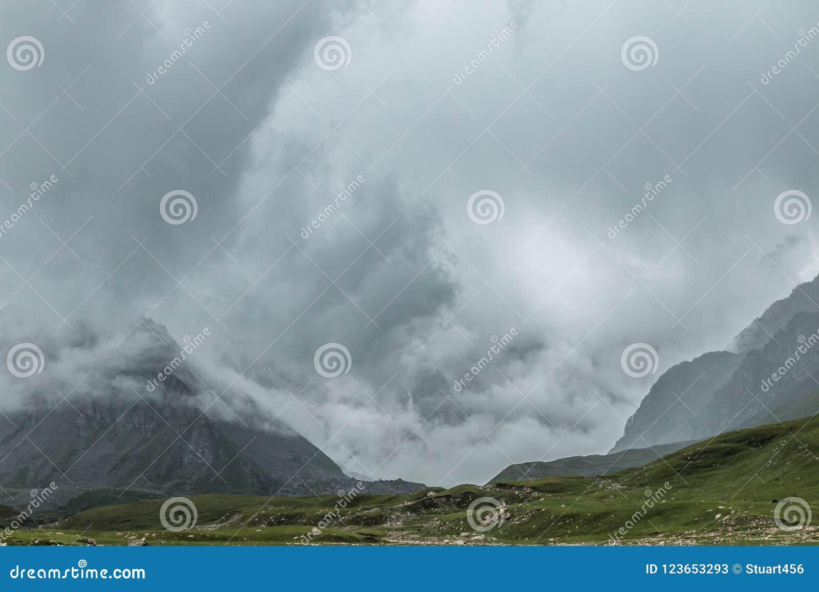 Штормовая погода причаливая во время похода через гористые ландшафт и пейзаж около Bokonbayevo, Кыргызстана