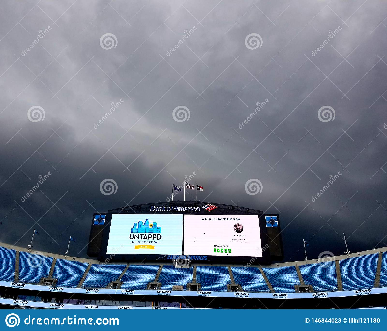 Штормы над облаками пантер Каролины стадиона Государственного банка Америки бушуют на неиспользованном фестивале пива