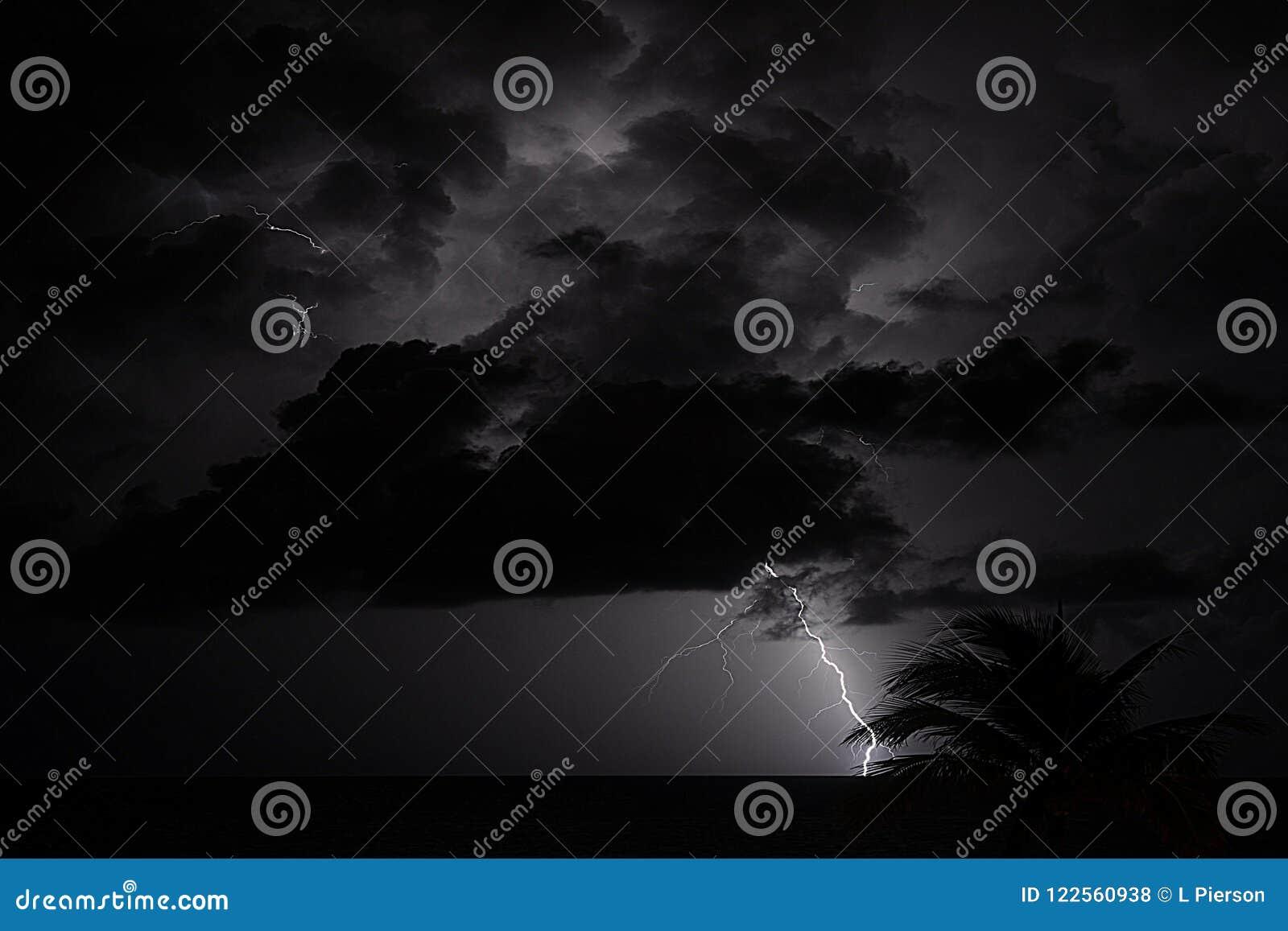 Штормы океана во время тропического лета часто показывают драматические поединки грома и молнии