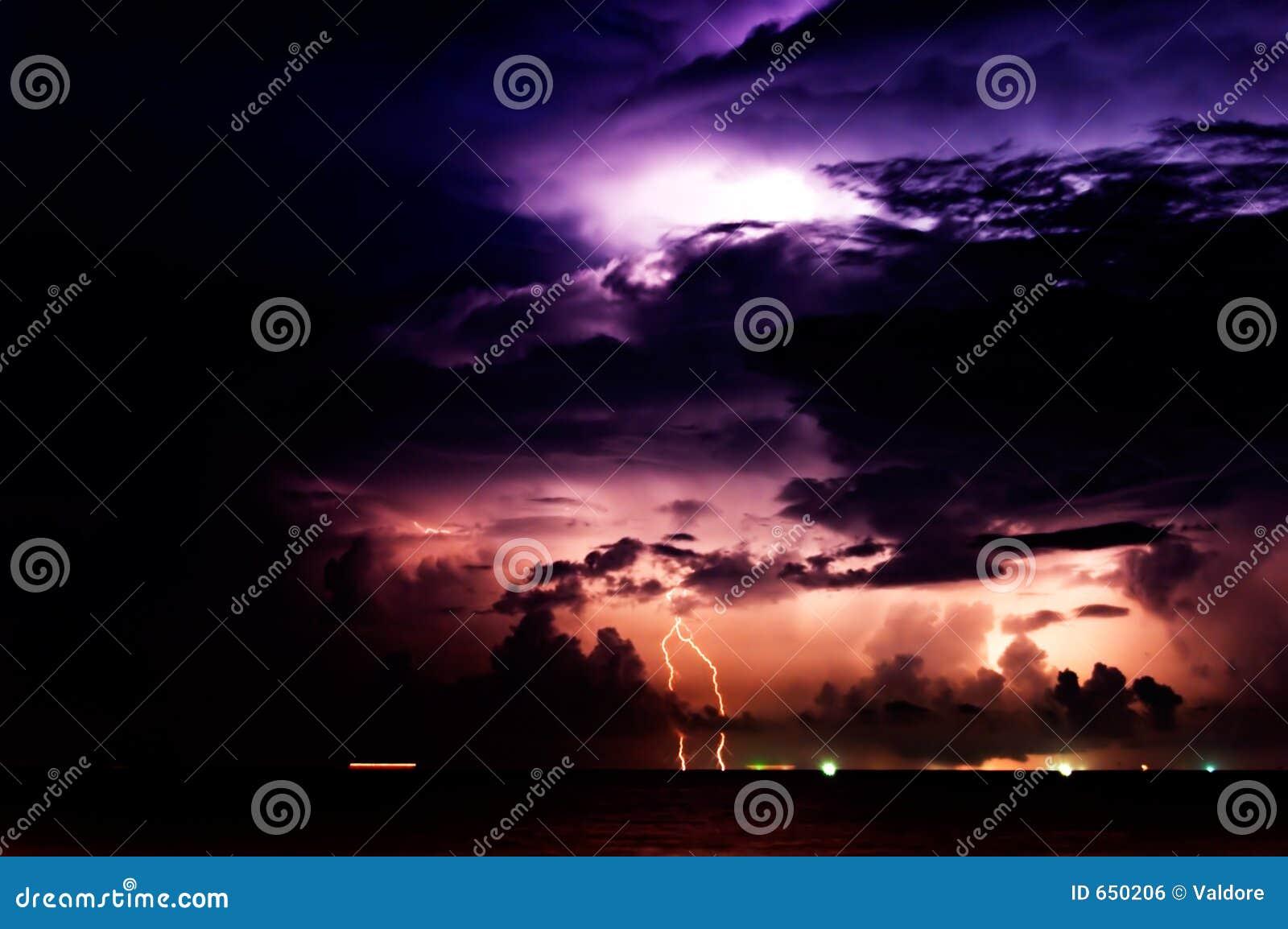 шторм освещения