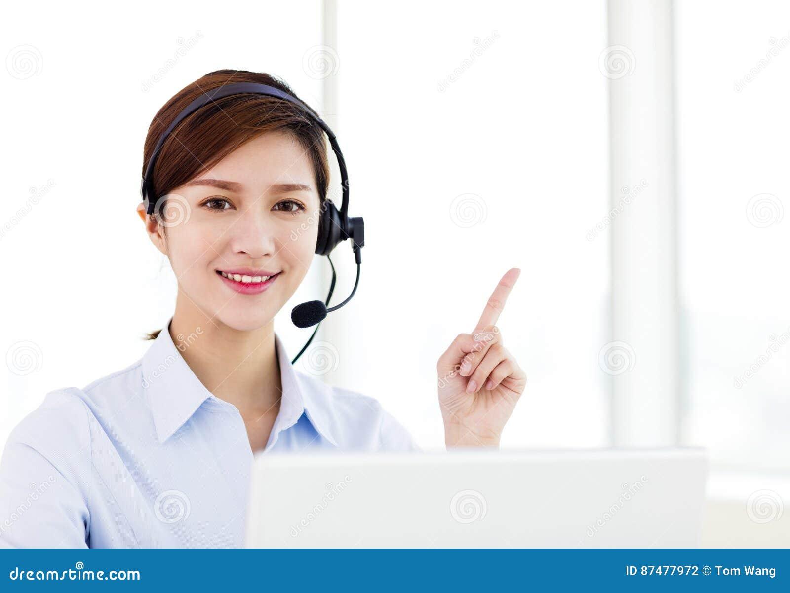 шлемофон бизнес-леди нося в офисе