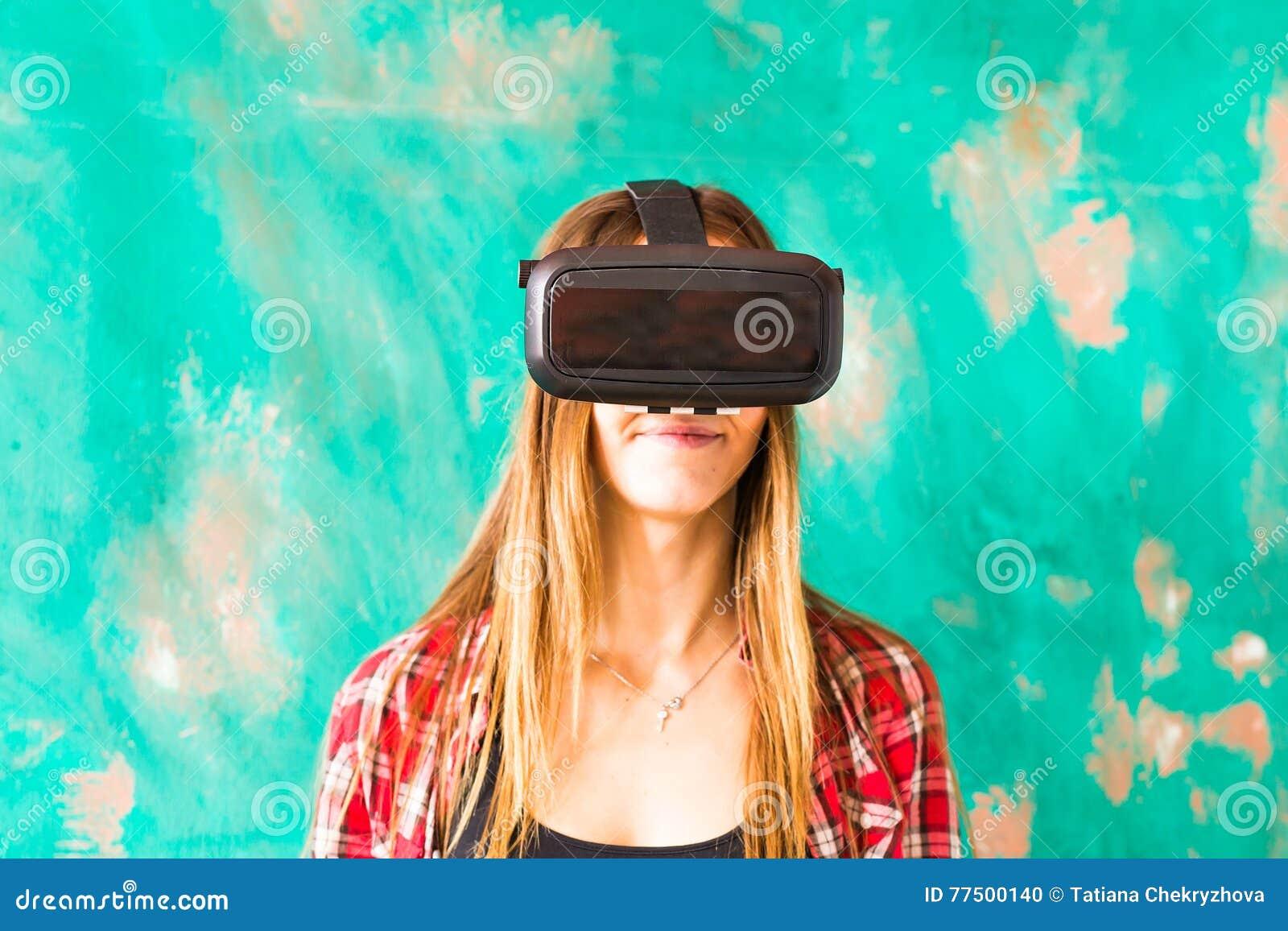 Шлемофон виртуальной реальности молодой женщины нося