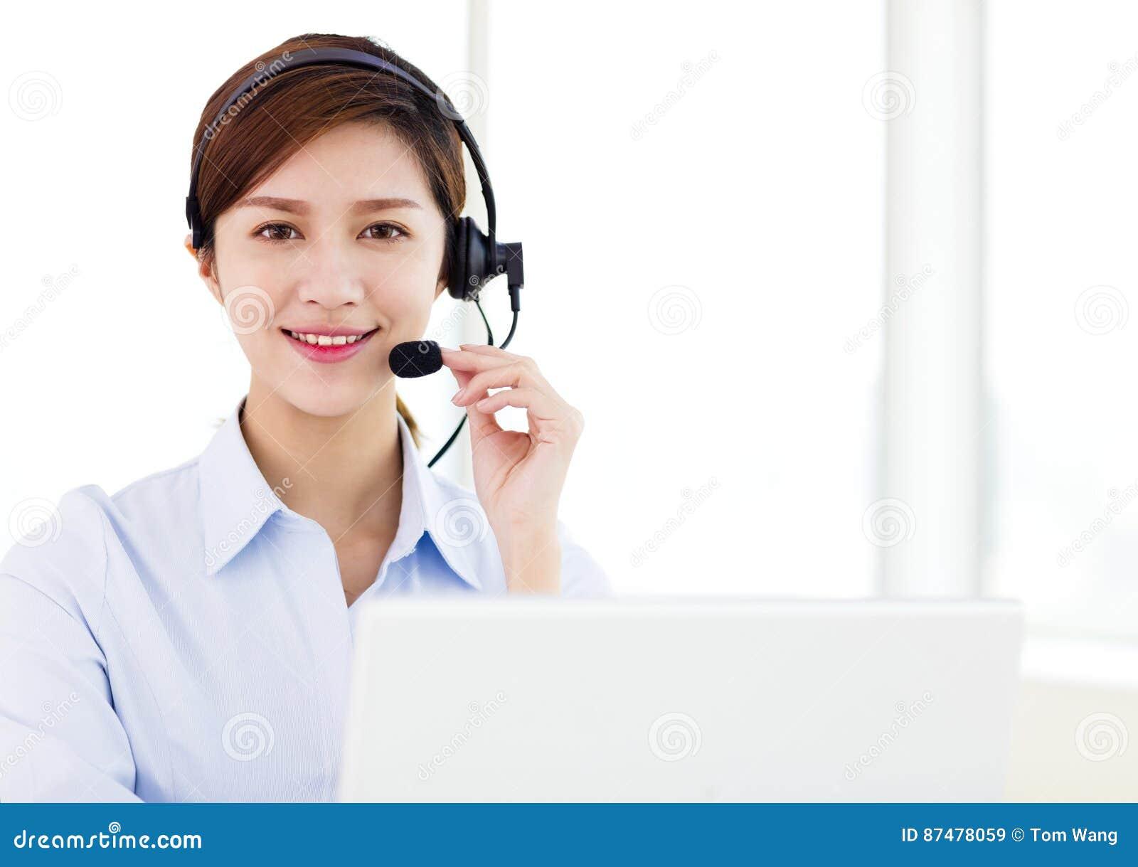 Шлемофон молодой коммерсантки нося в офисе