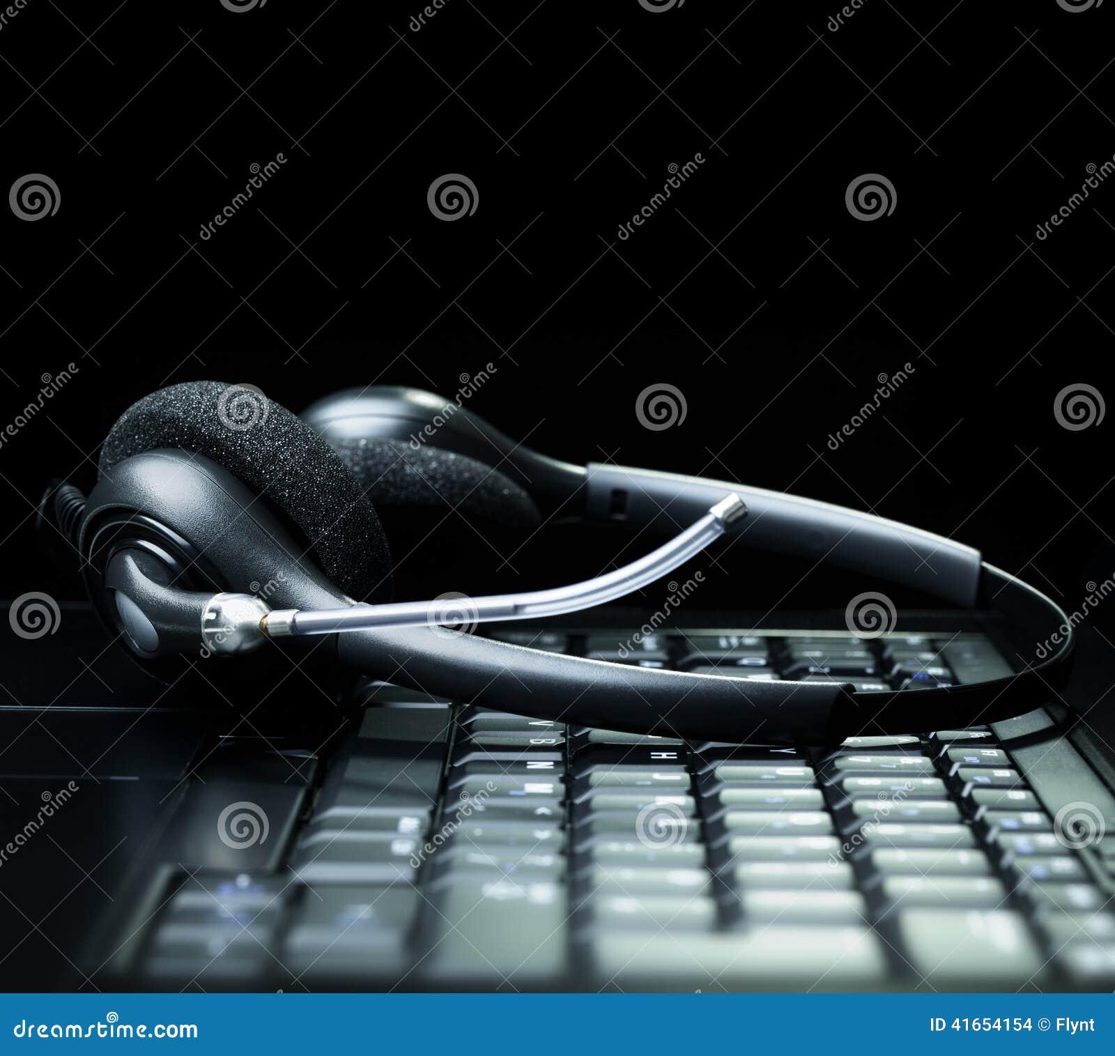 Шлемофон на клавиатуре портативного компьютера