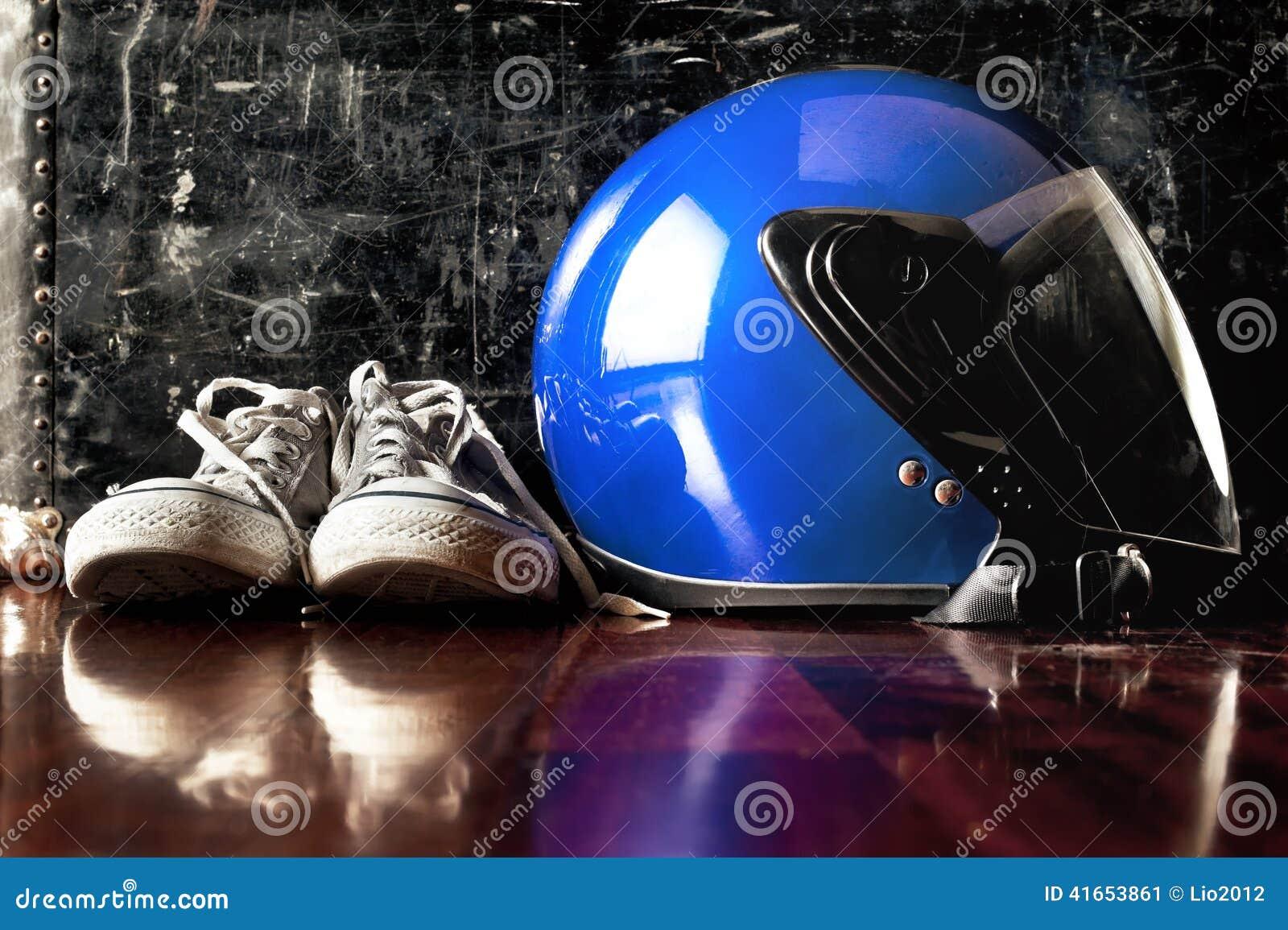 Шлем и пакостные тапки