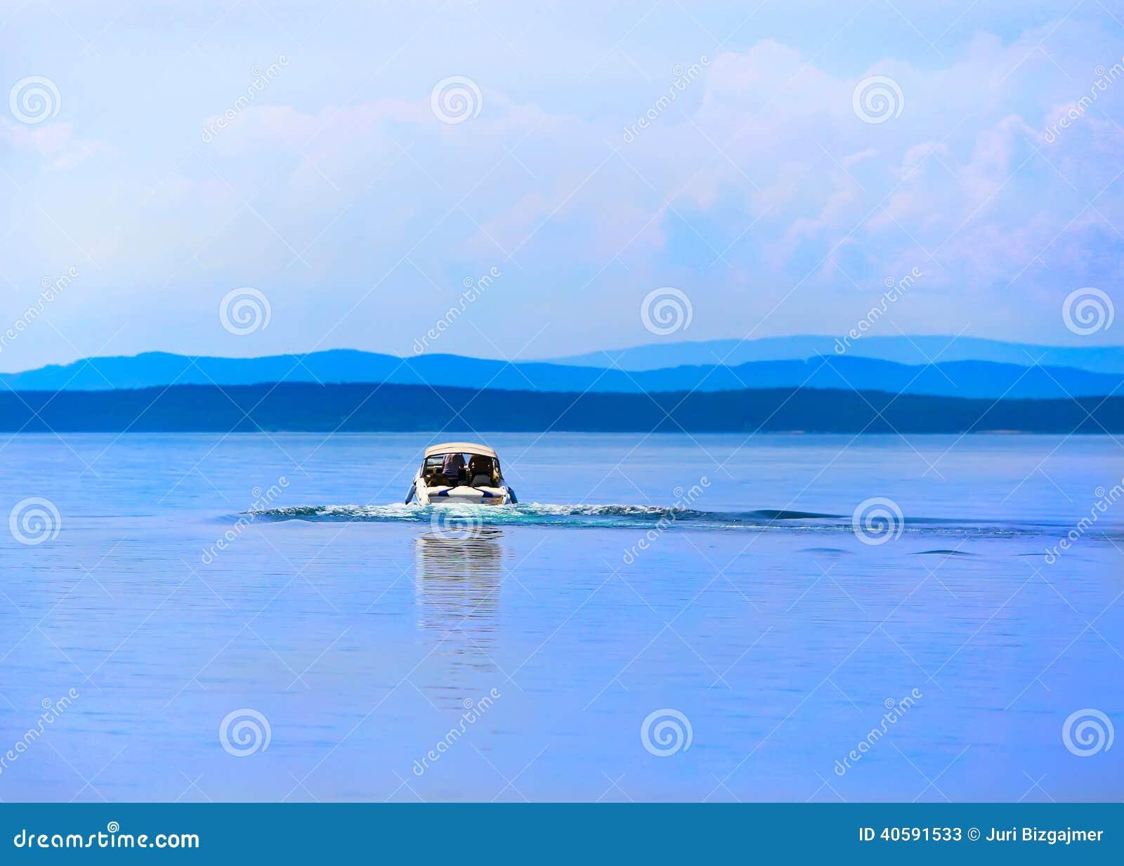 Шлюпка двигая дальше поверхность воды