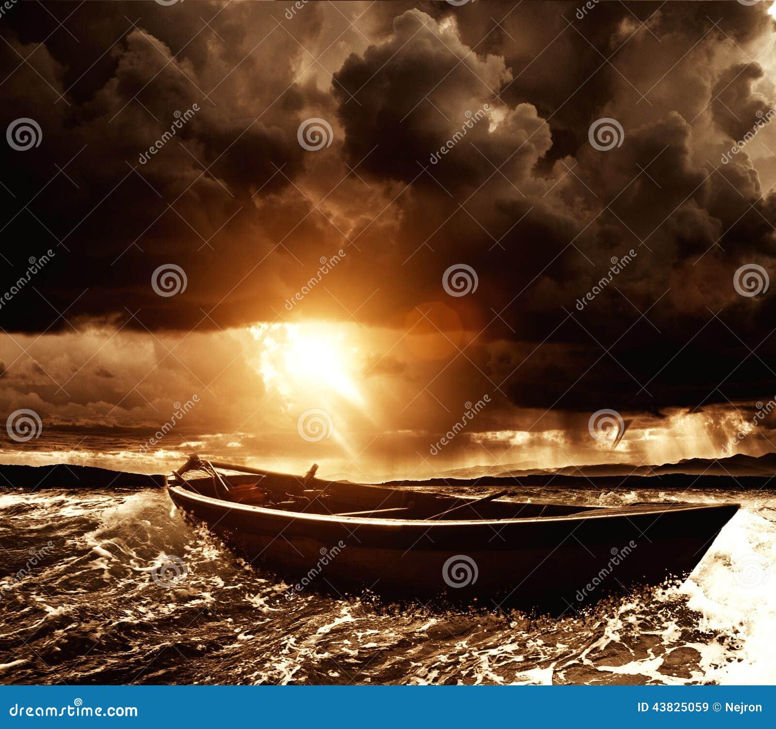 Шлюпка в море