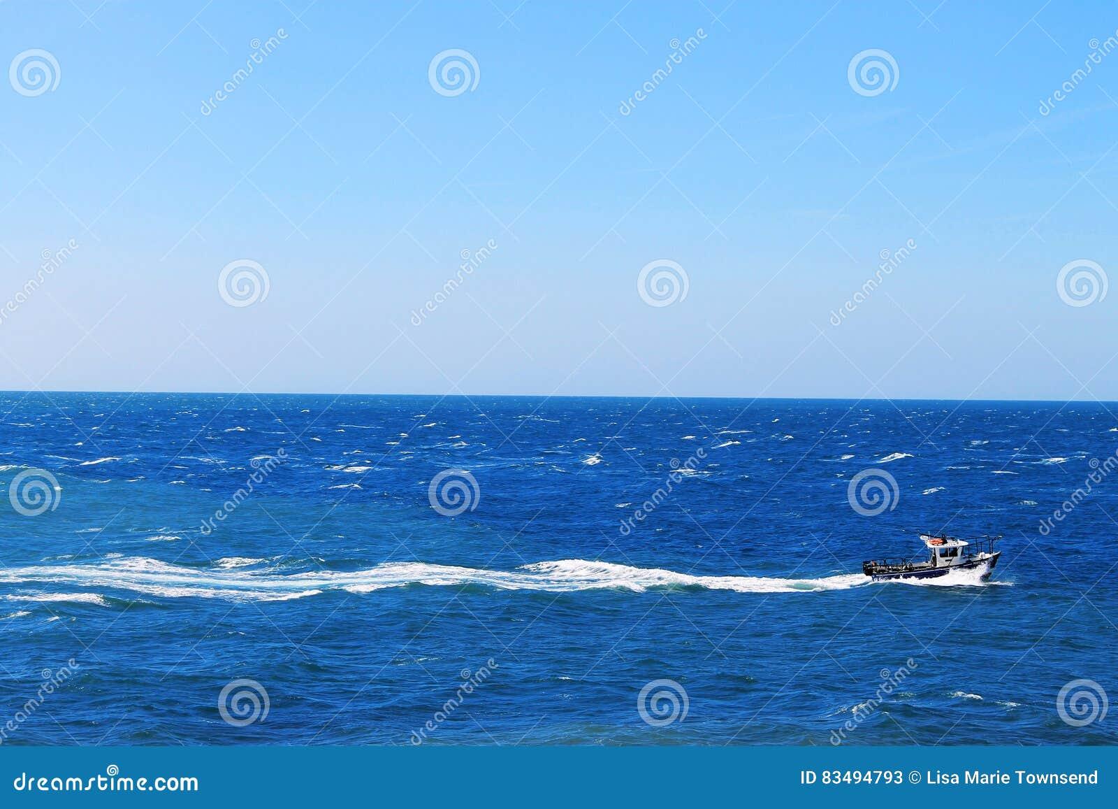Шлюпка на море