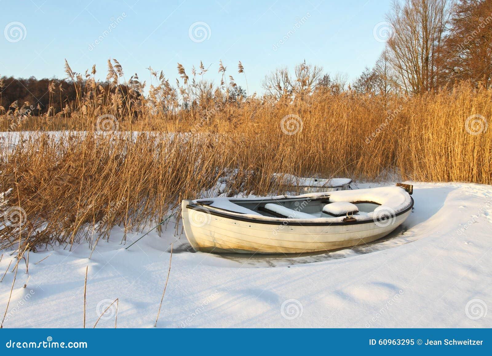Шлюпка на озере в зиме