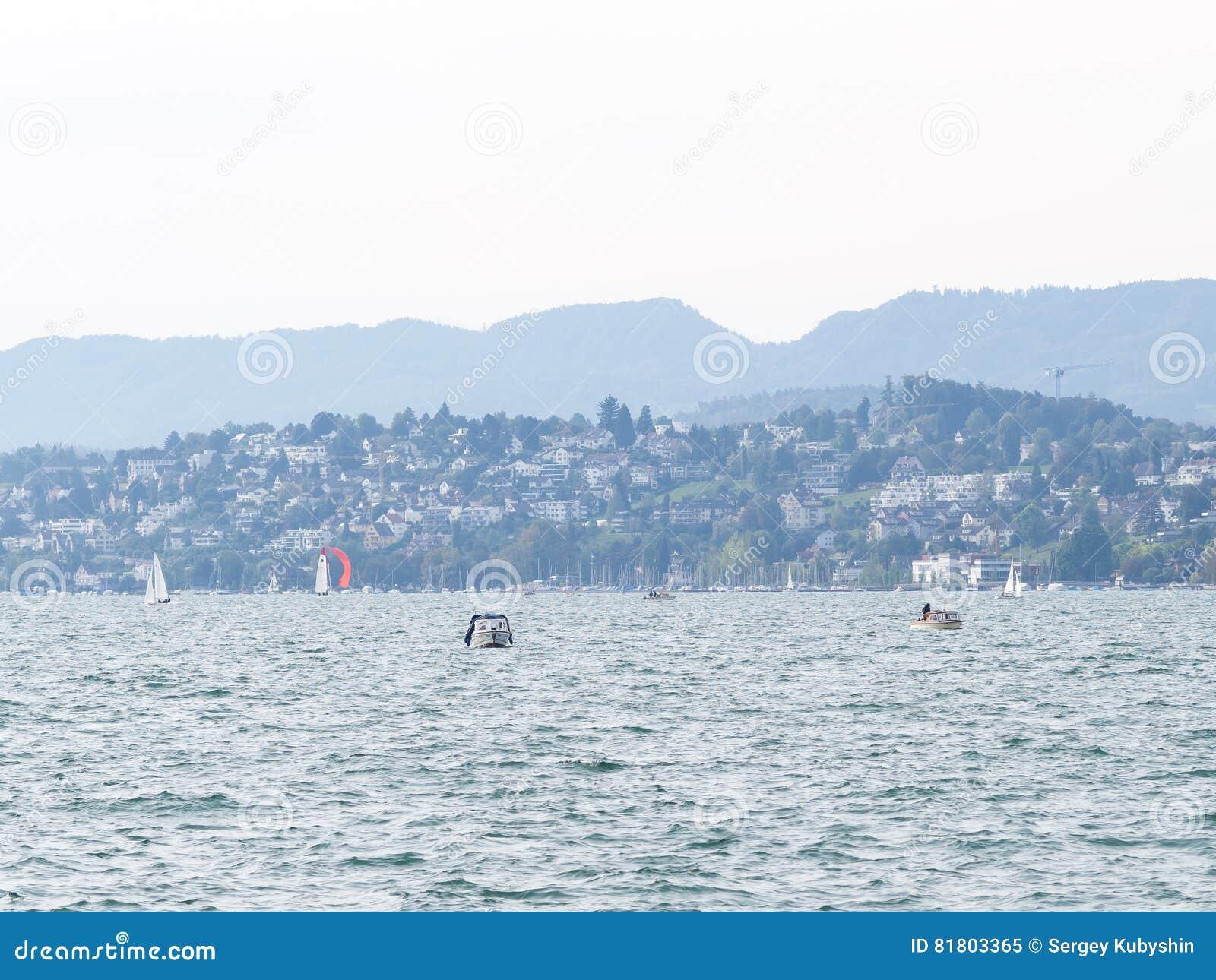 Шлюпка на озере Цюрих