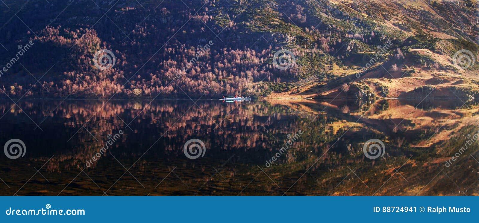 Шлюпка на панораме Ullswater