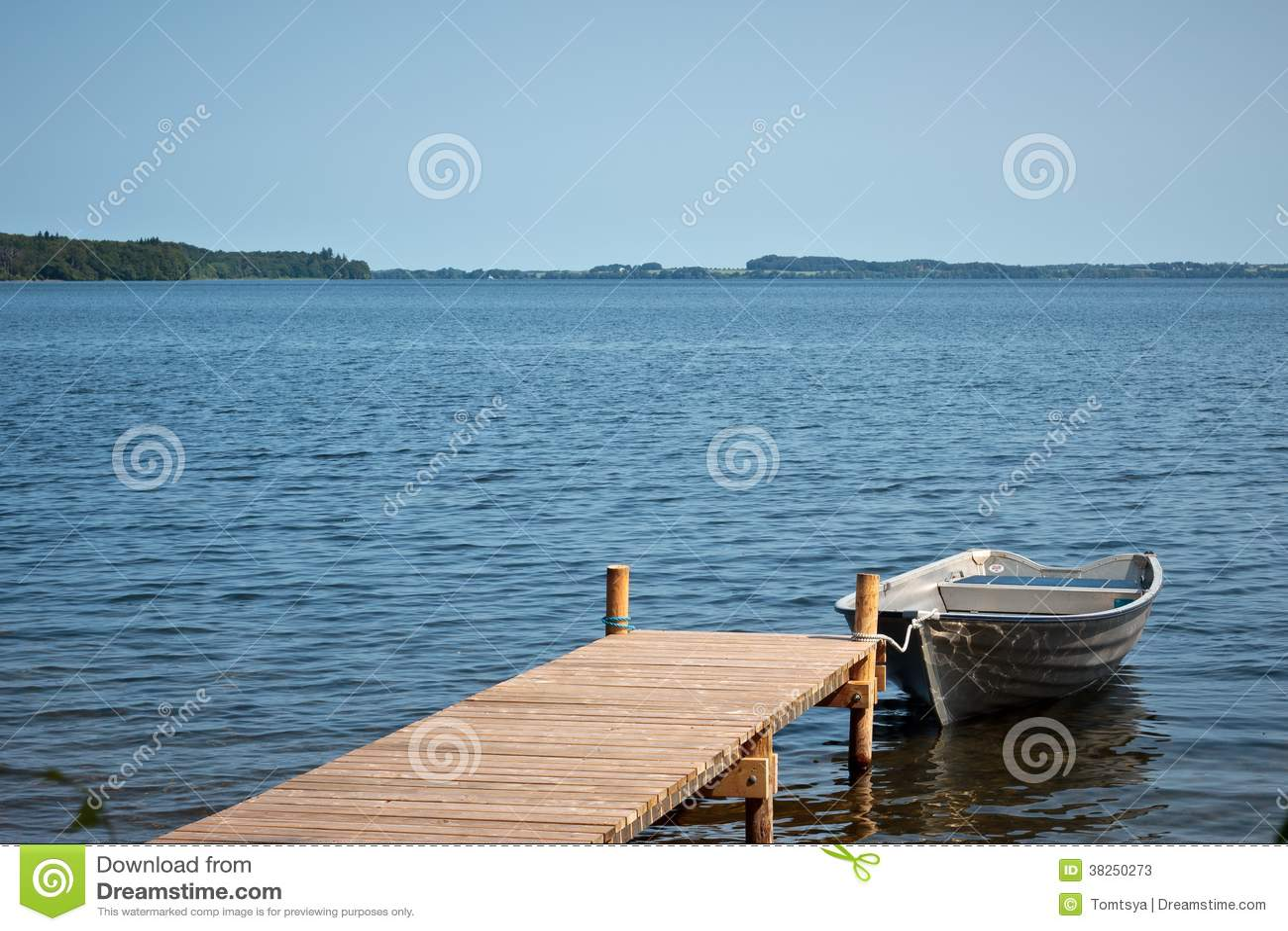 Шлюпка рыболова в озере Esrum, Дании
