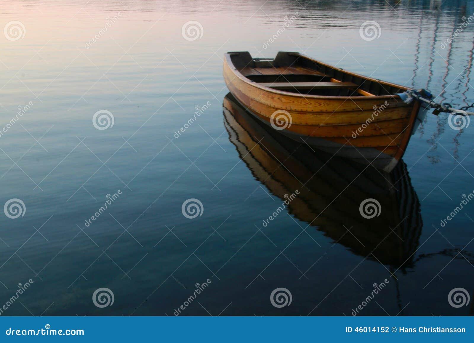Шлюпка строки в спокойной воде