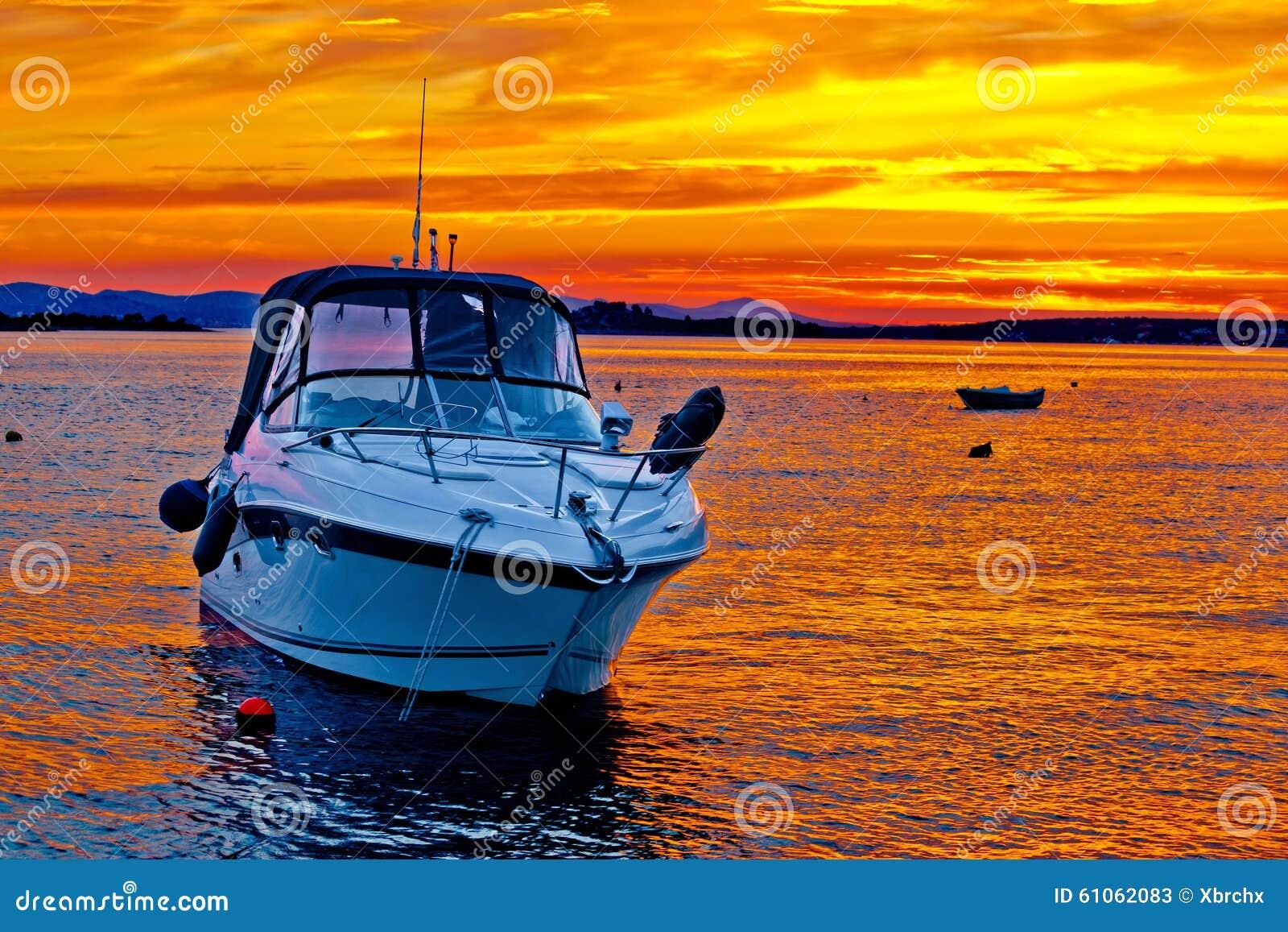 Шлюпка яхты на золотом заходе солнца