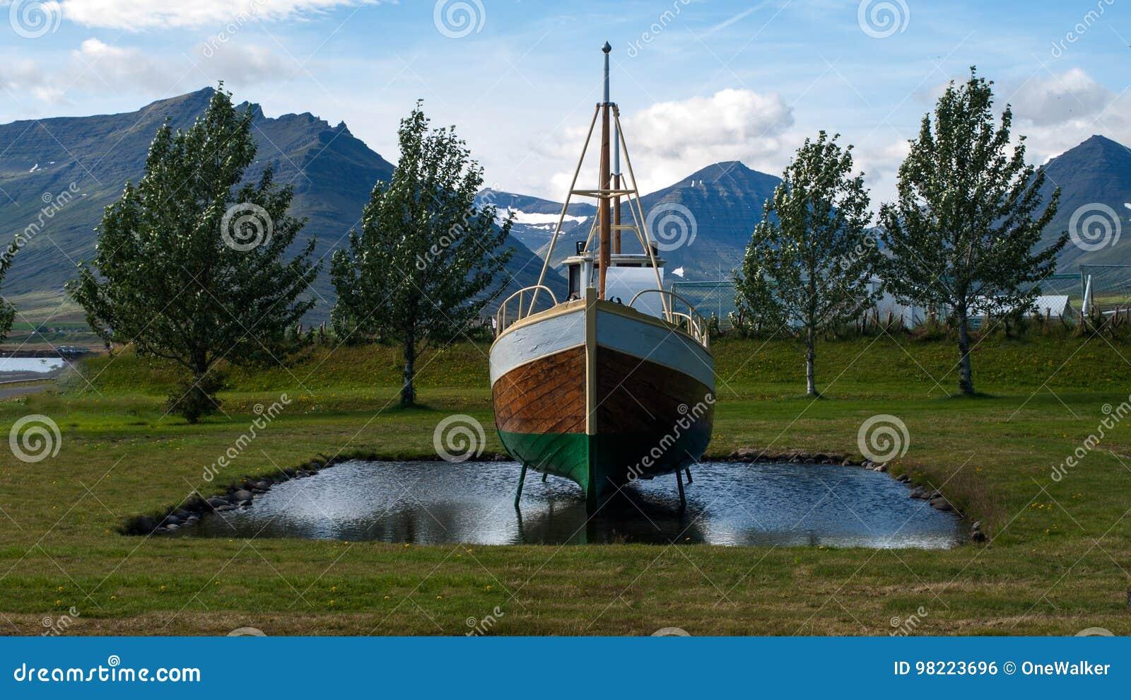 Шлюпка levitating на небольшом озере