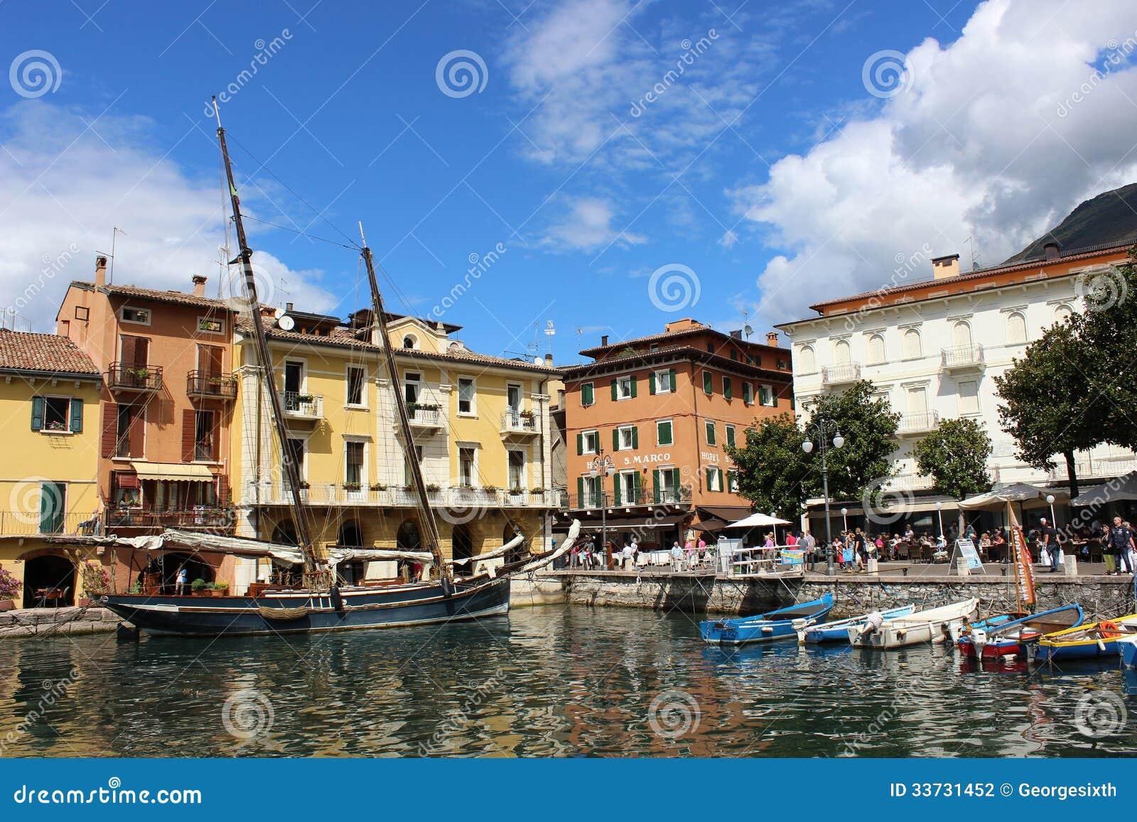 Шлюпки в гавани на Malcesine на озере Garda, Италии