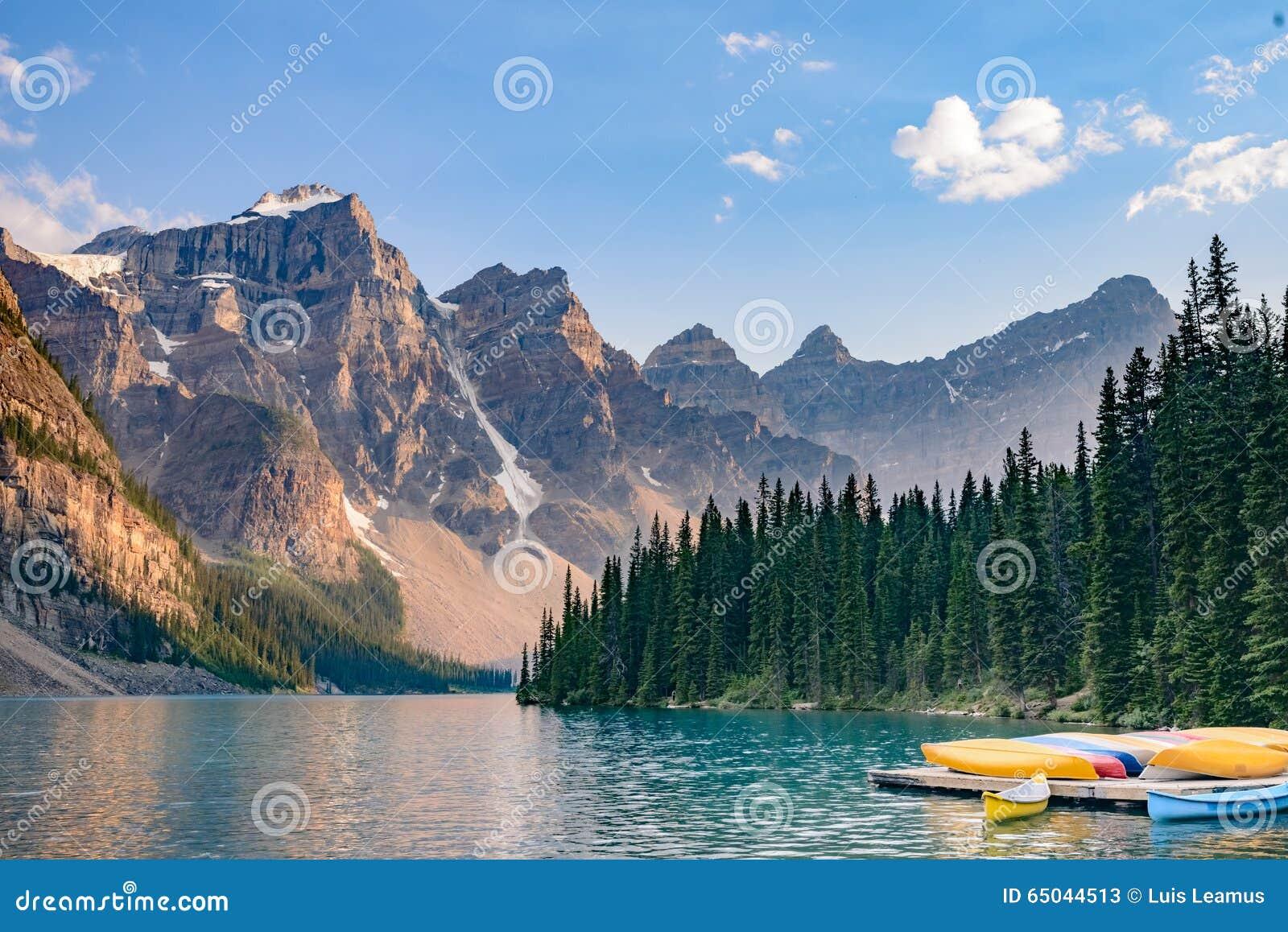 Шлюпки в озере морен около национального парка Lake Louise - Banff - Канада