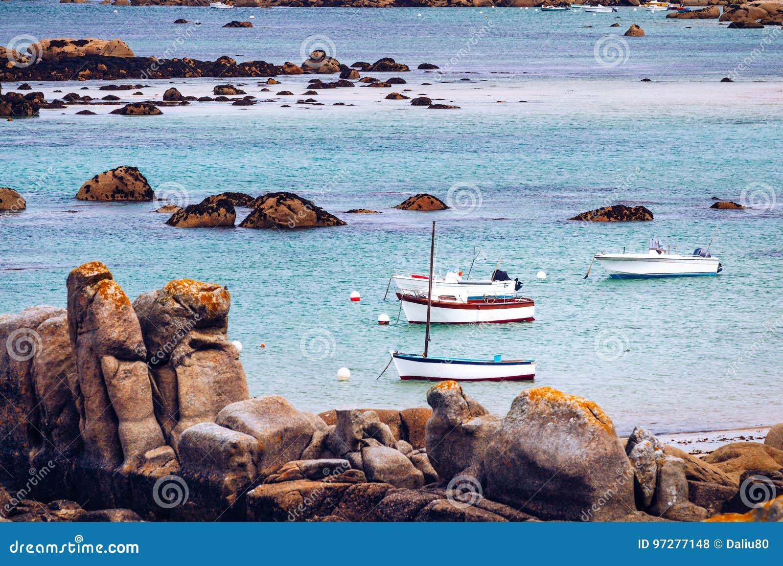 Шлюпки в порте на розовом граните плавают вдоль побережья (Коут de гранит ros